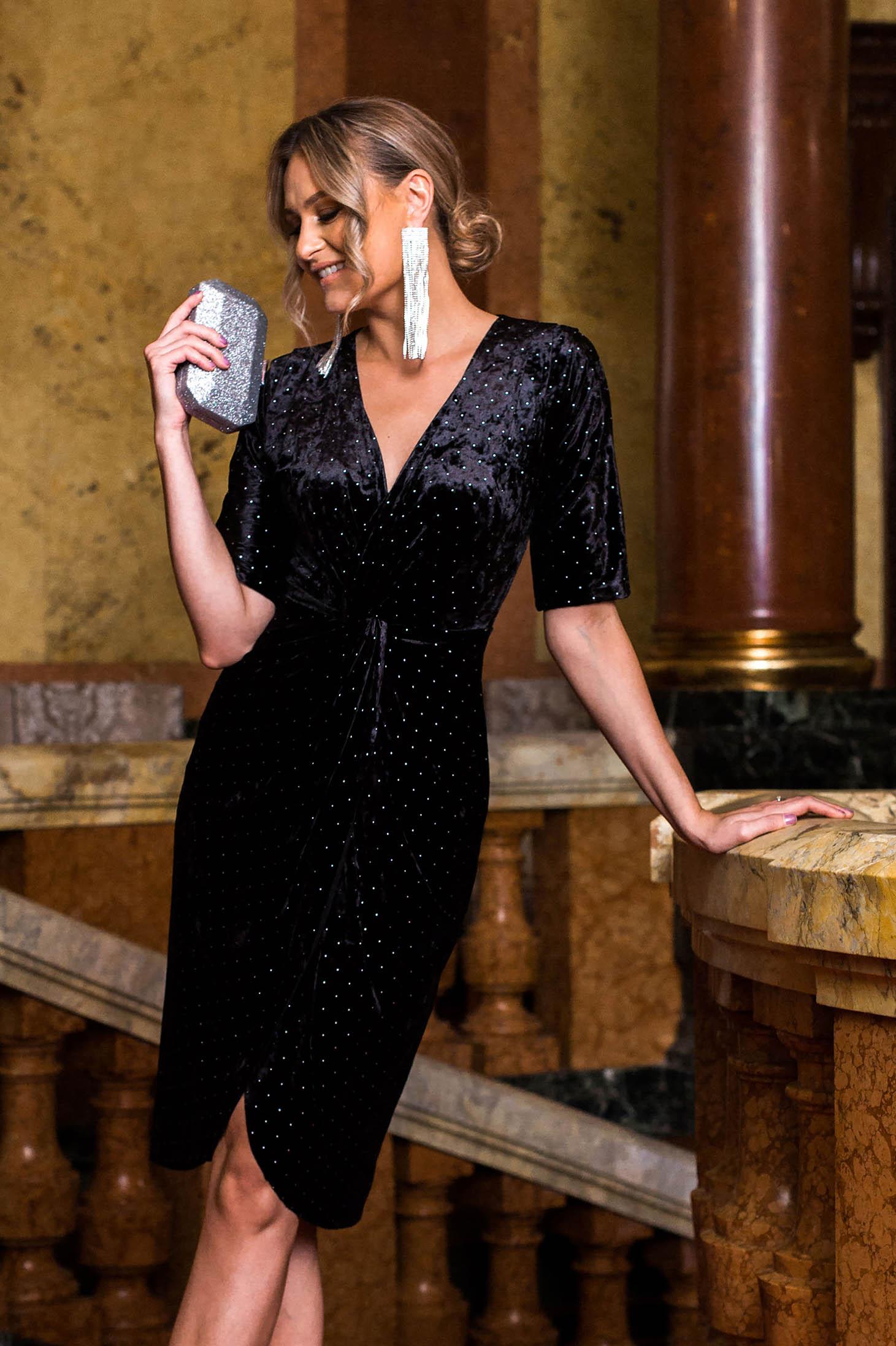 Fekete alkalmi ruha 3/4-es ujjakkal bársonyból strassz köves díszítéssel v-dekoltázzsal