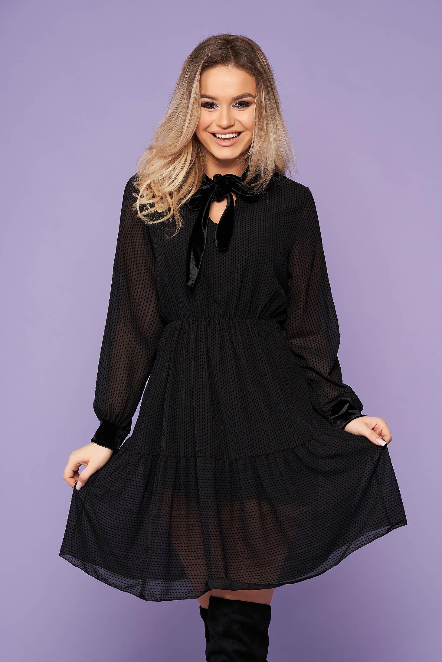 Rochie SunShine neagra eleganta scurta in clos cu maneci lungi cu elastic in talie si aplicatii de catifea