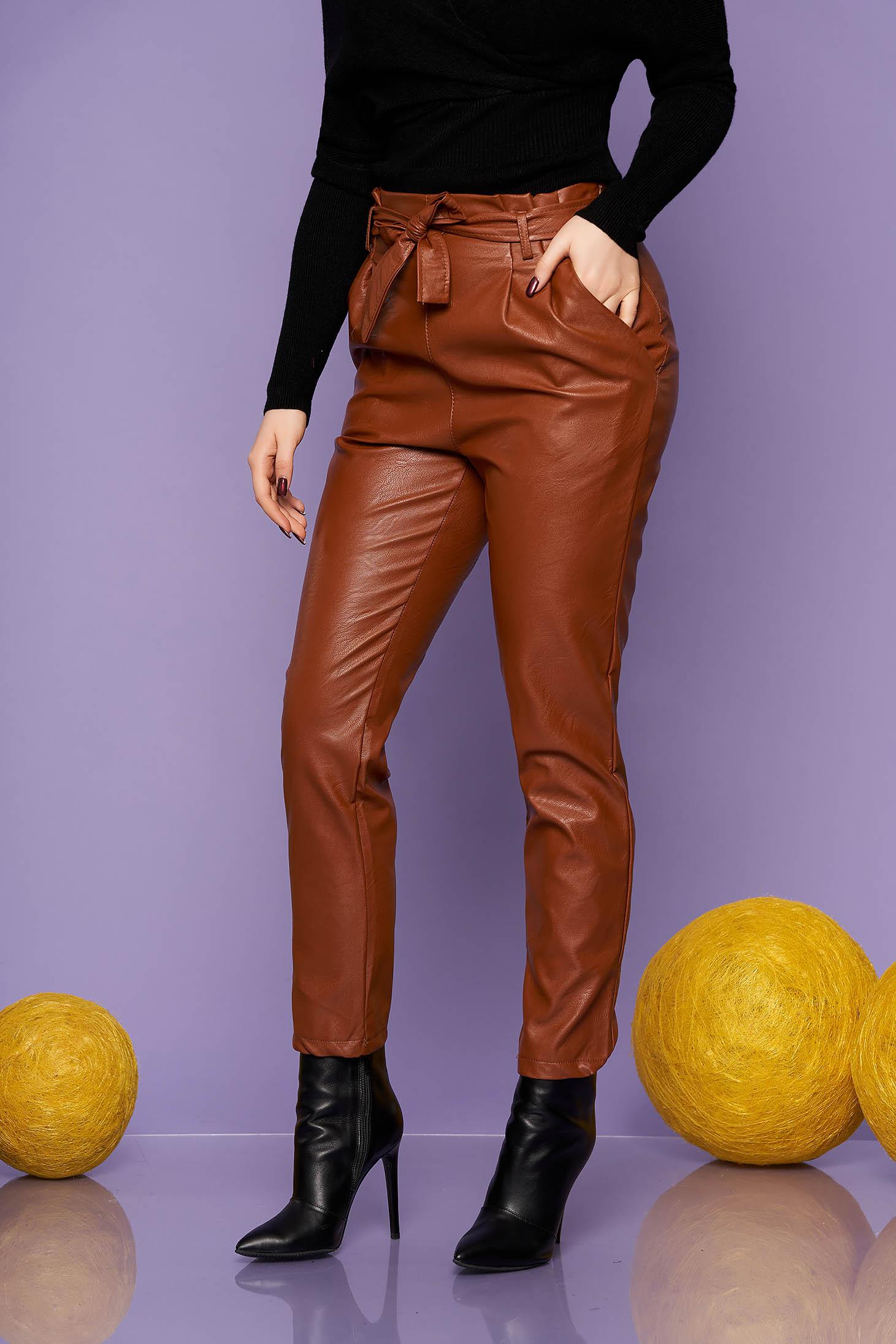 Pantaloni SunShine din piele ecologica maro casual conici cu talie inalta cu buzunare si accesorizati cu cordon