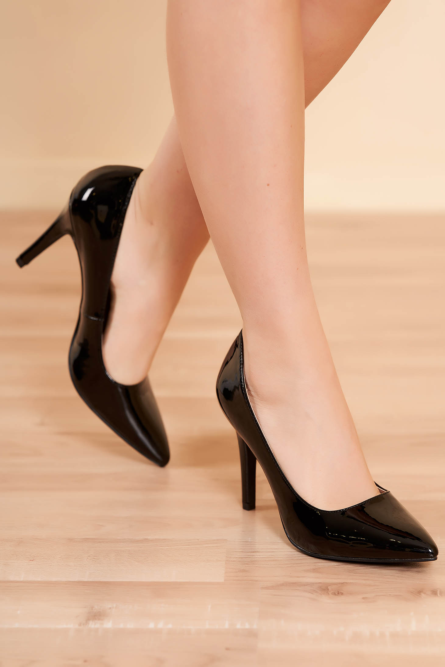Pantofi negru elegant din piele ecologica lacuita cu varful usor ascutit si toc inalt