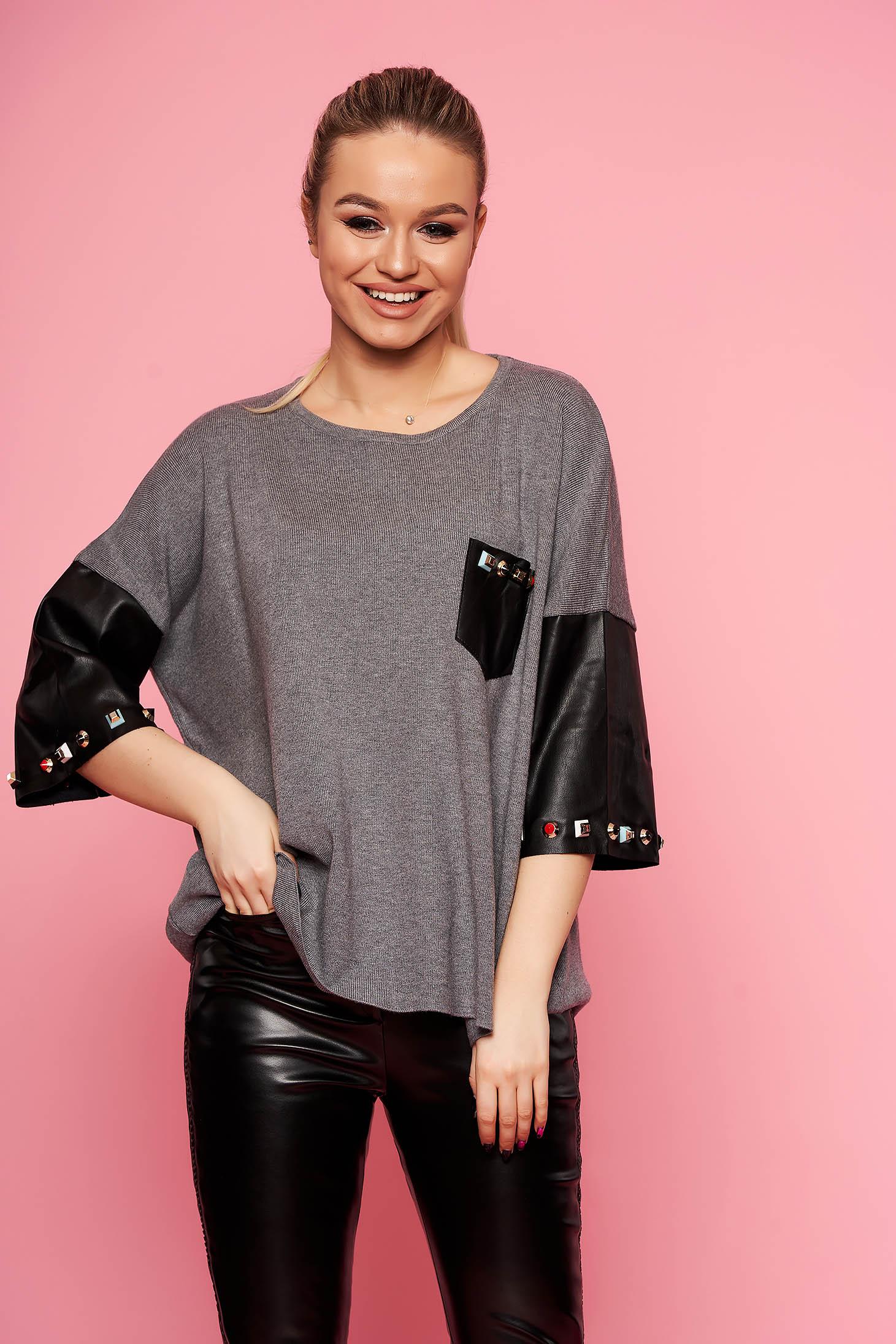 Bluza dama SunShine gri eleganta scurta tricotata cu croi larg cu maneci trei-sferturi cu aplicatii cu tinte si insertii din piele ecologica