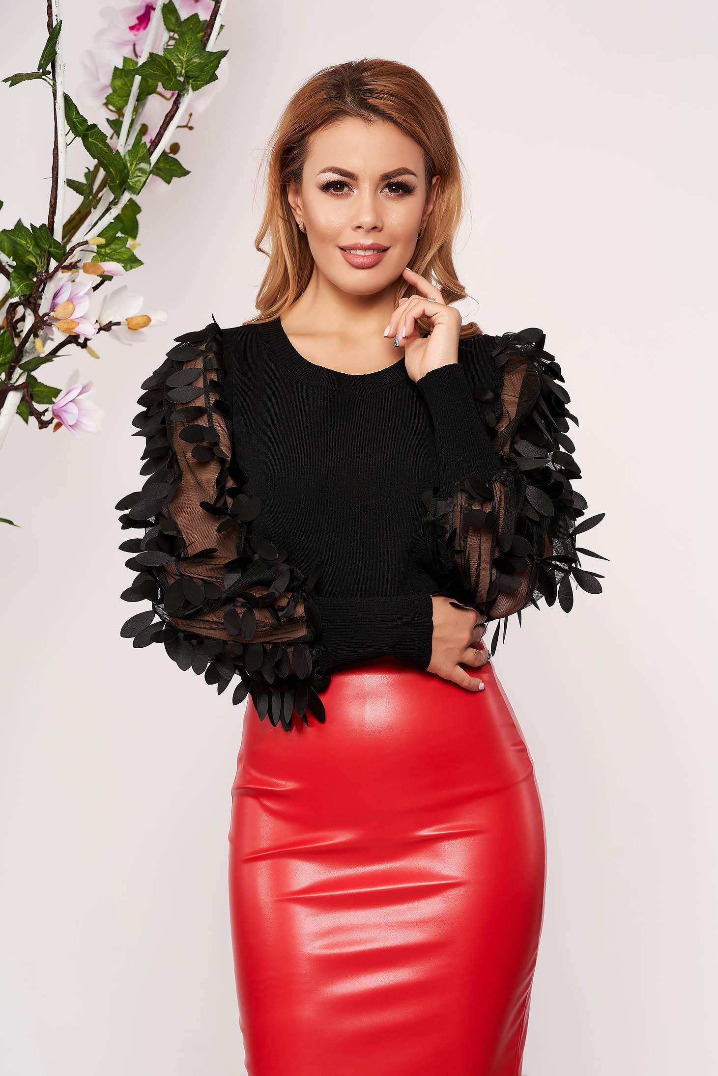 Bluza dama SunShine neagra eleganta tricotata scurta mulata cu aplicatii florale 3D cu decolteu la baza gatului si maneci lungi