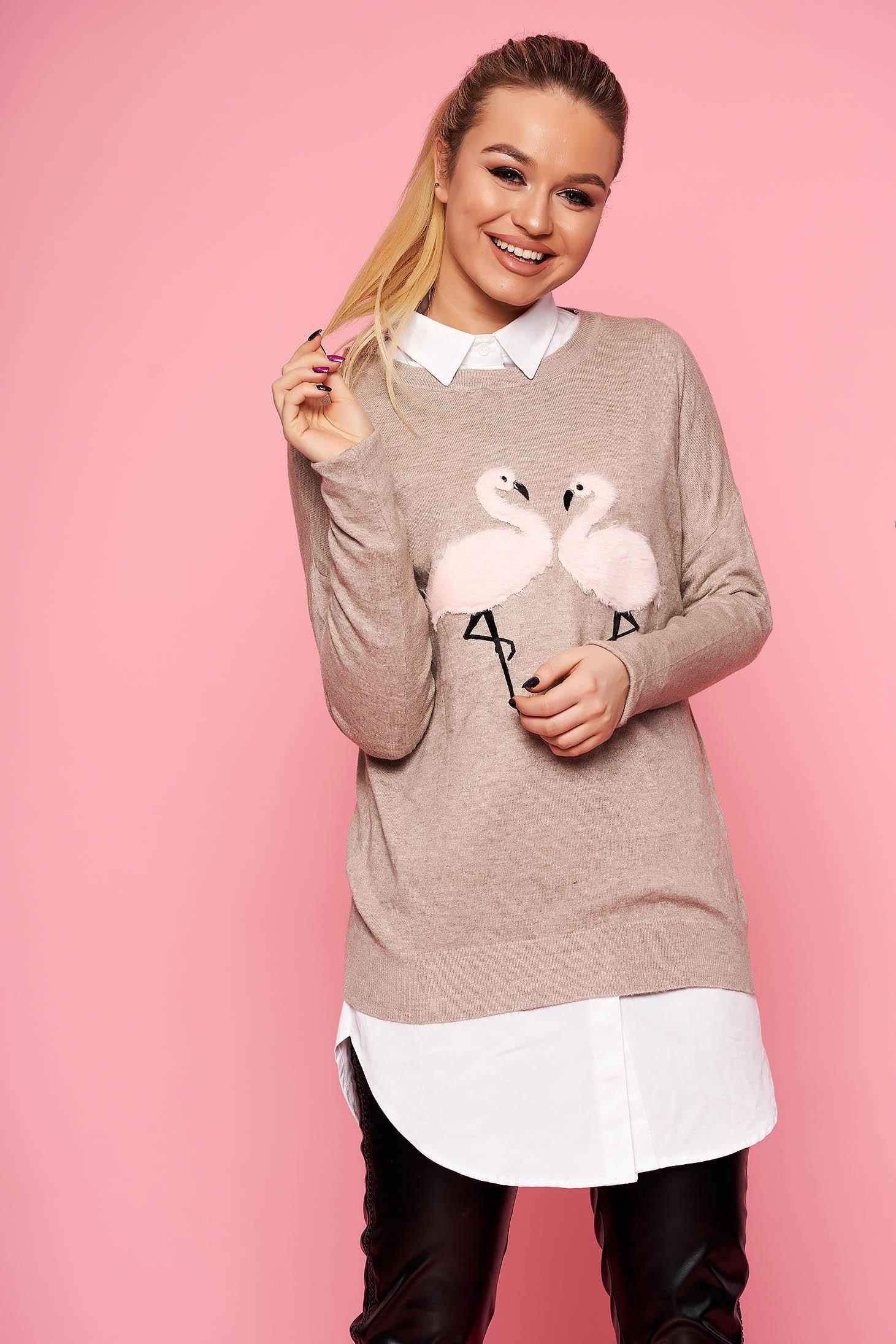 Pulover SunShine cappuccino casual tricotat scurt cu croi larg cu decolteu la baza gatului si insertii cu blana ecologica