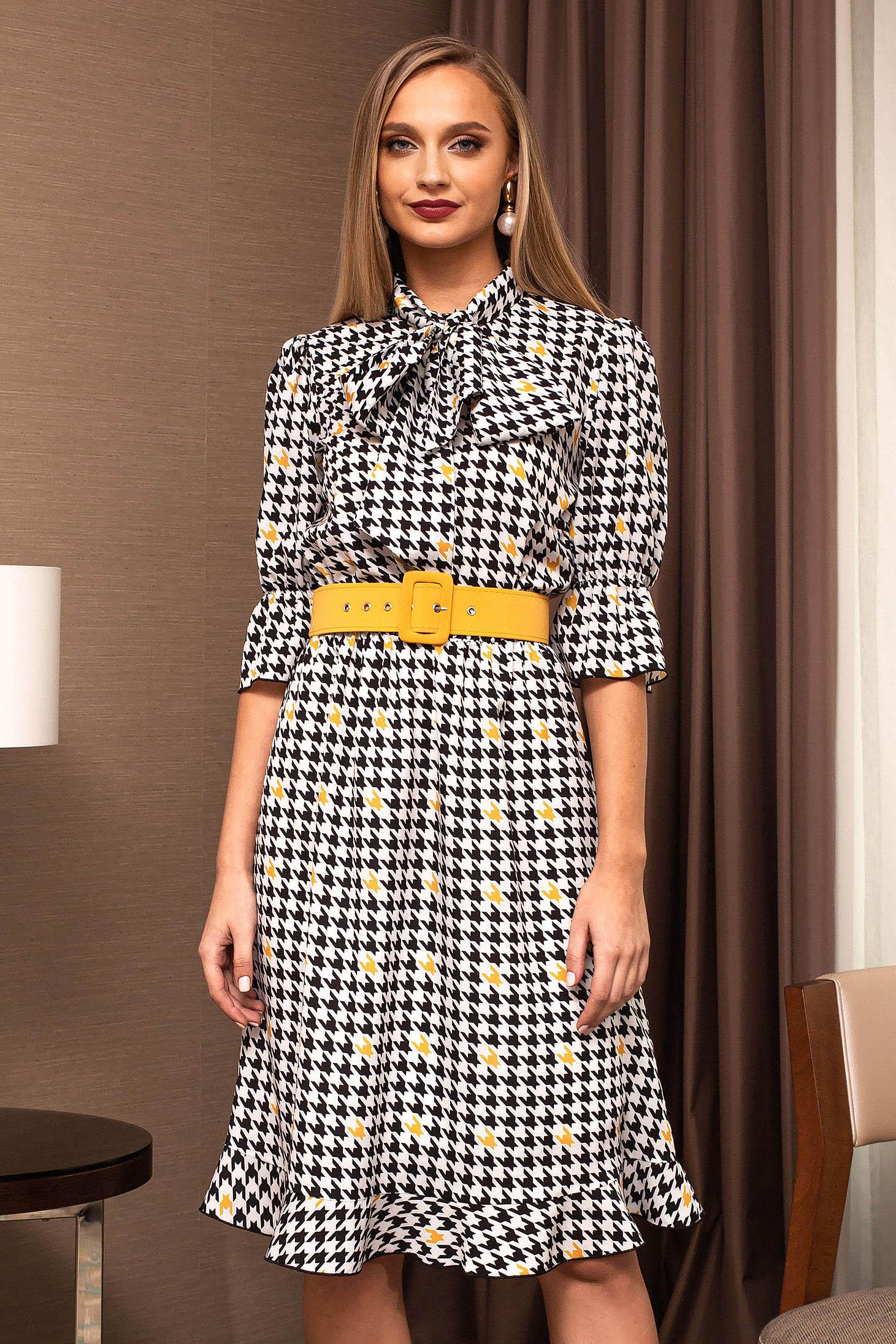 Sárga ruha öv típusú kiegészítővel kendő jellegű gallér harang