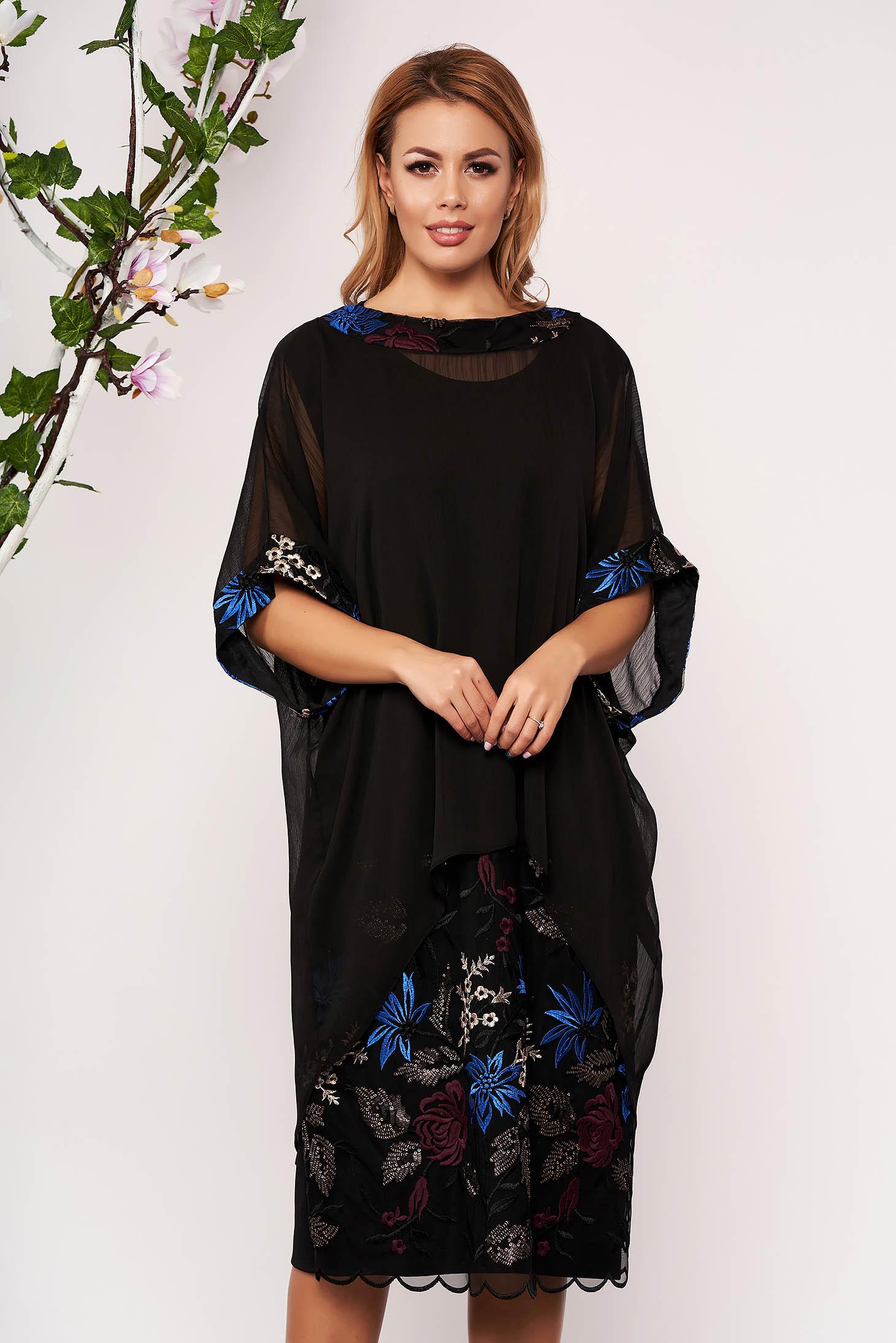 Compleu negru elegant cu rochie cu un croi drept cu insertii de broderie si suprapunere cu voal
