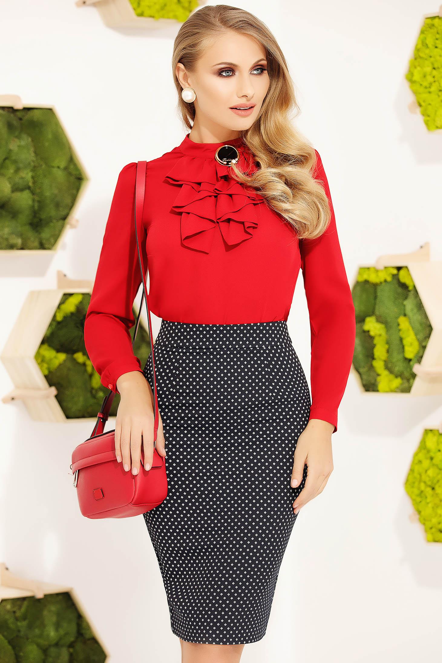 Bluza dama Fofy rosie office eleganta cu un croi mulat si accesorizata cu brosa