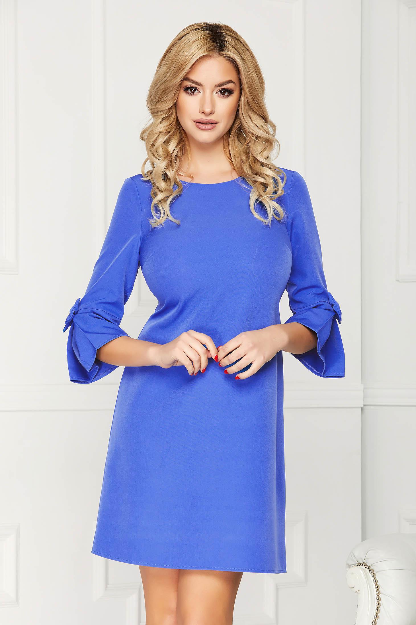 Rochie albastra scurta eleganta din stofa cu un croi drept cu maneci trei-sferturi