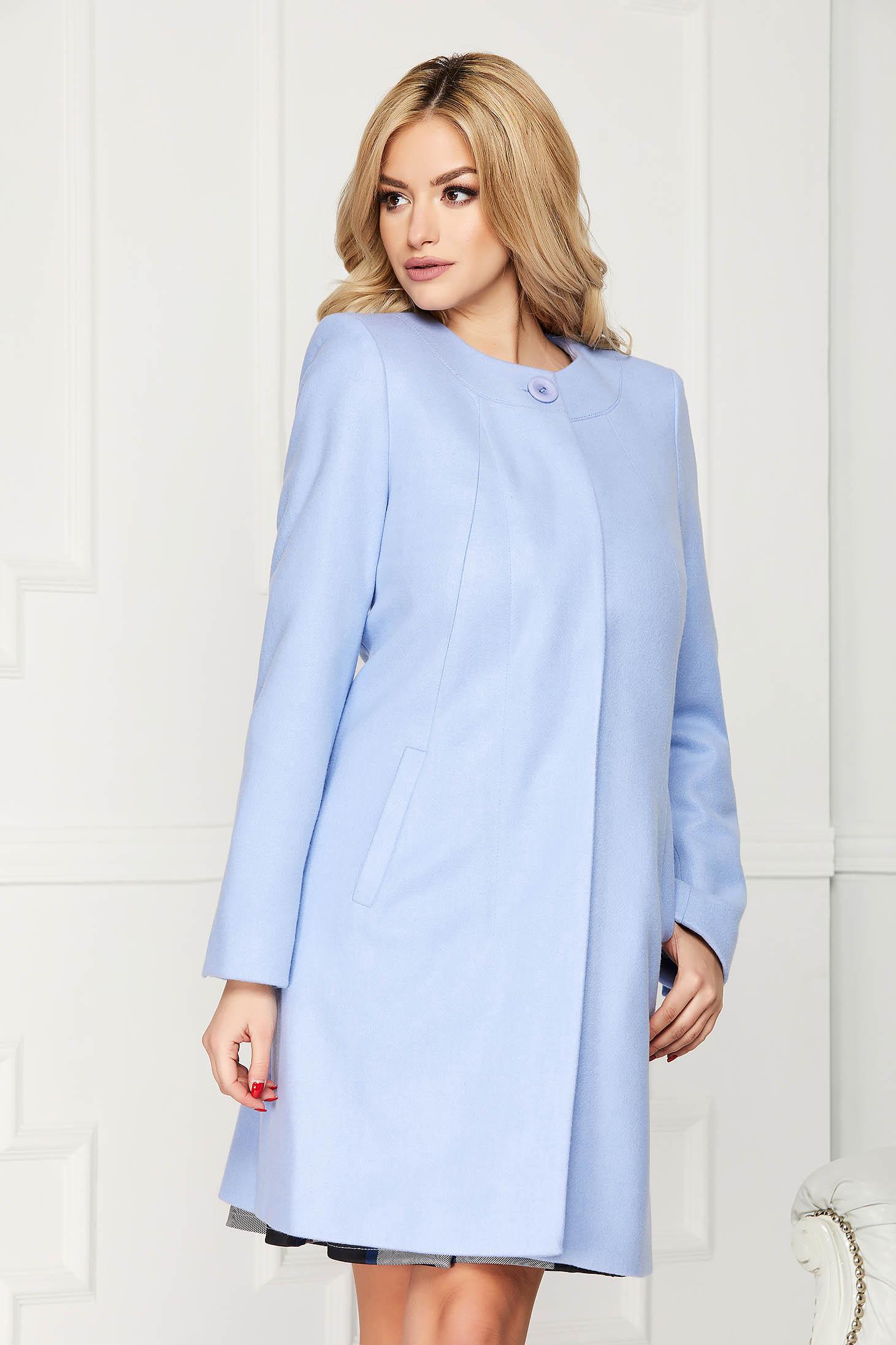 Trench albastru-deschis elegant scurt din lana cu un croi drept si buzunare
