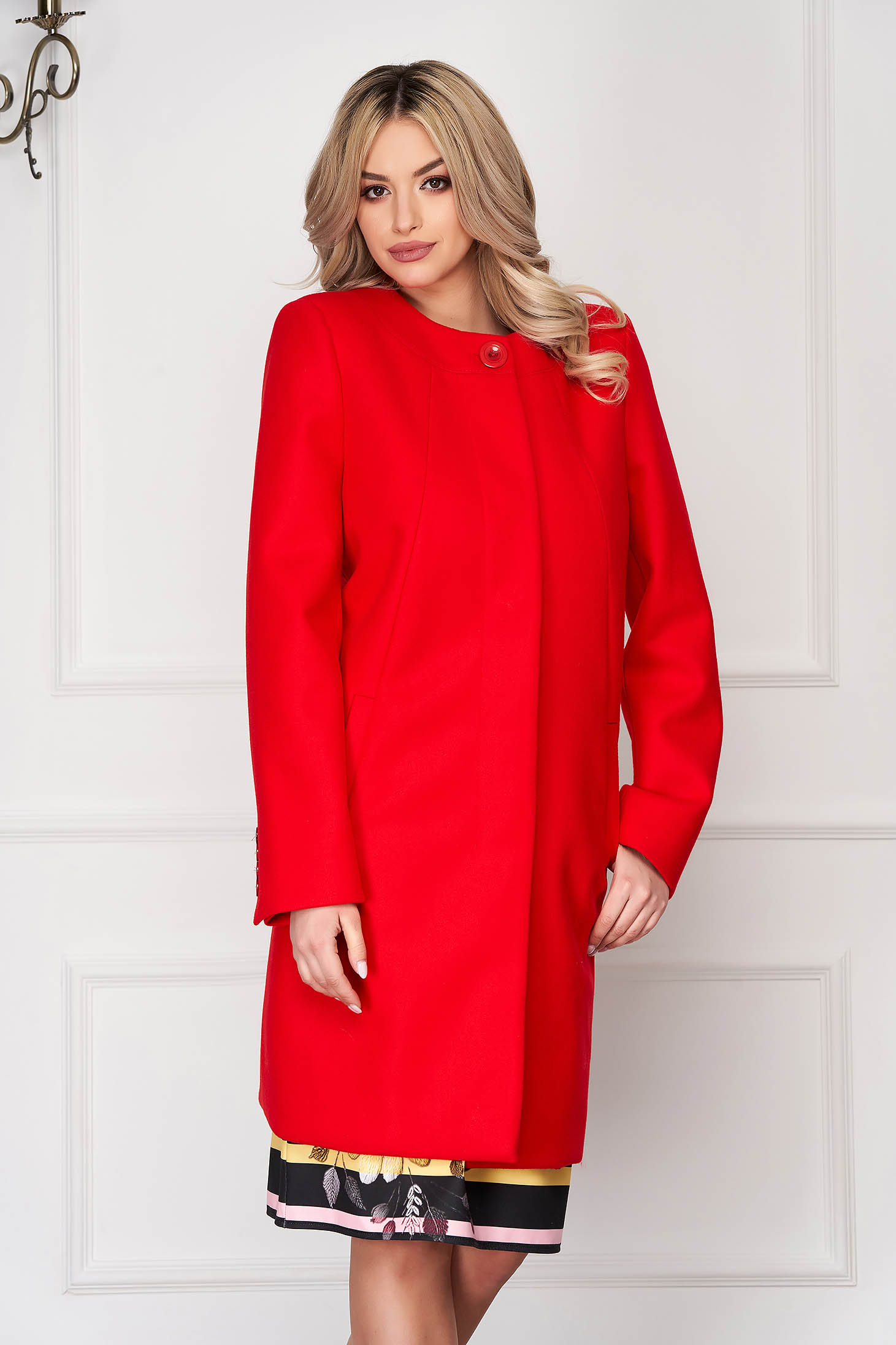 Red trenchcoat elegant short cut wool straight one button fastening