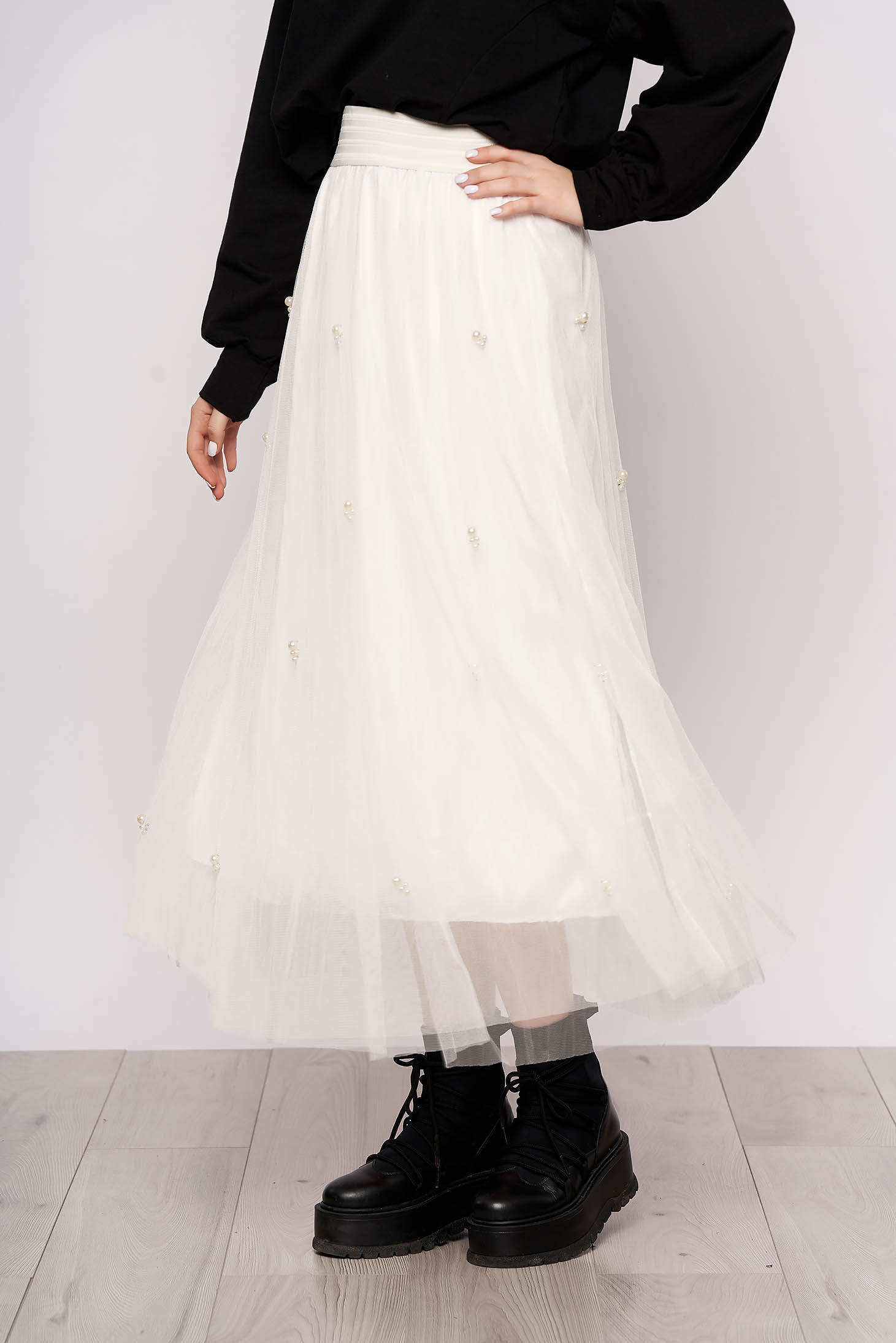 White casual high waisted midi skirt from tulle with pearls