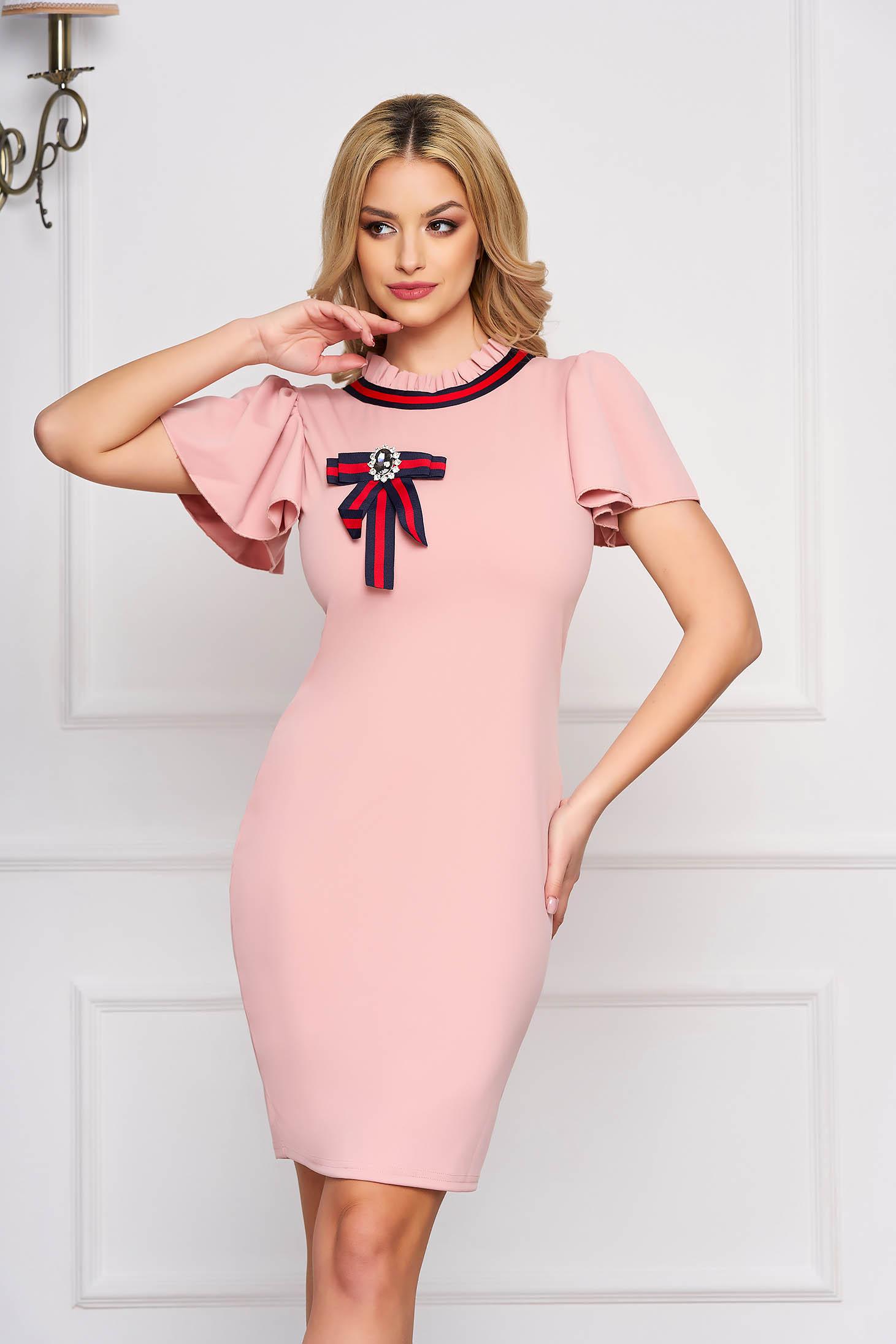 Rochie SunShine roz prafuit eleganta scurta tip creion din stofa cu maneca scurta si accesorizata cu brosa