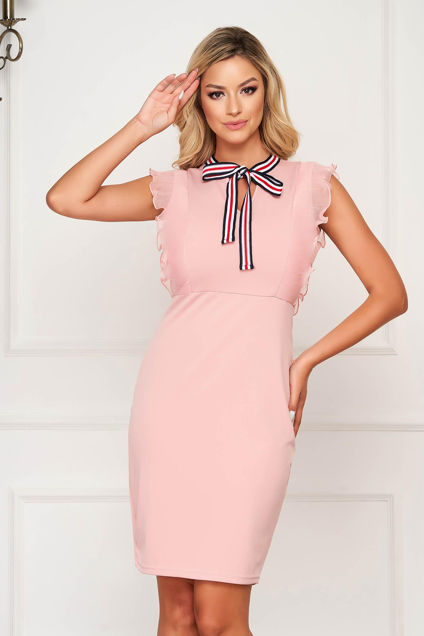 Rochie SunShine roz eleganta scurta tip creion cu volanase la maneca si accesorizata cu o fundita