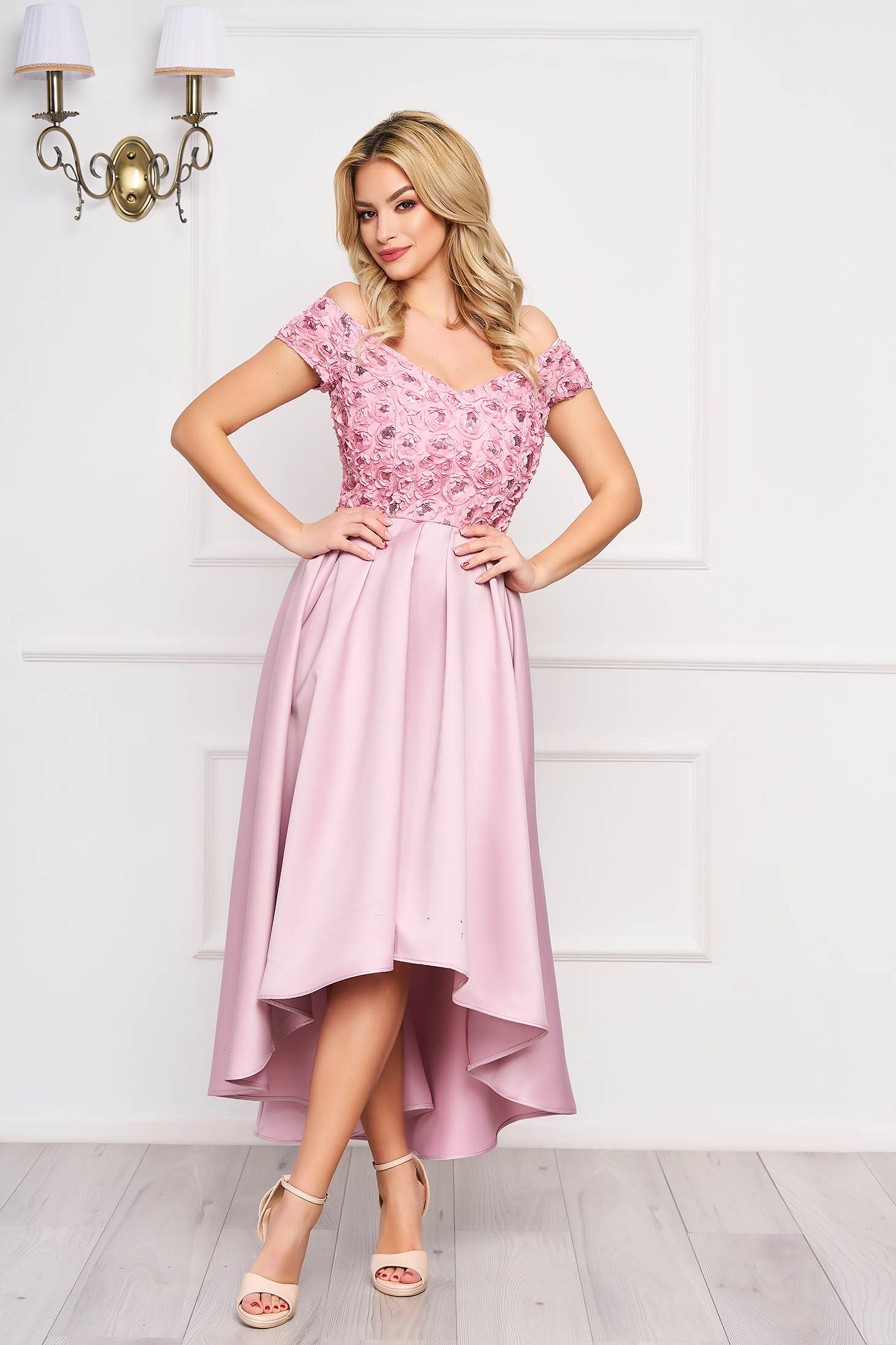 Púder rózsaszín StarShinerS váll nélküli aszimetrikus alkalmi ruha szaténból flitteres díszítéssel