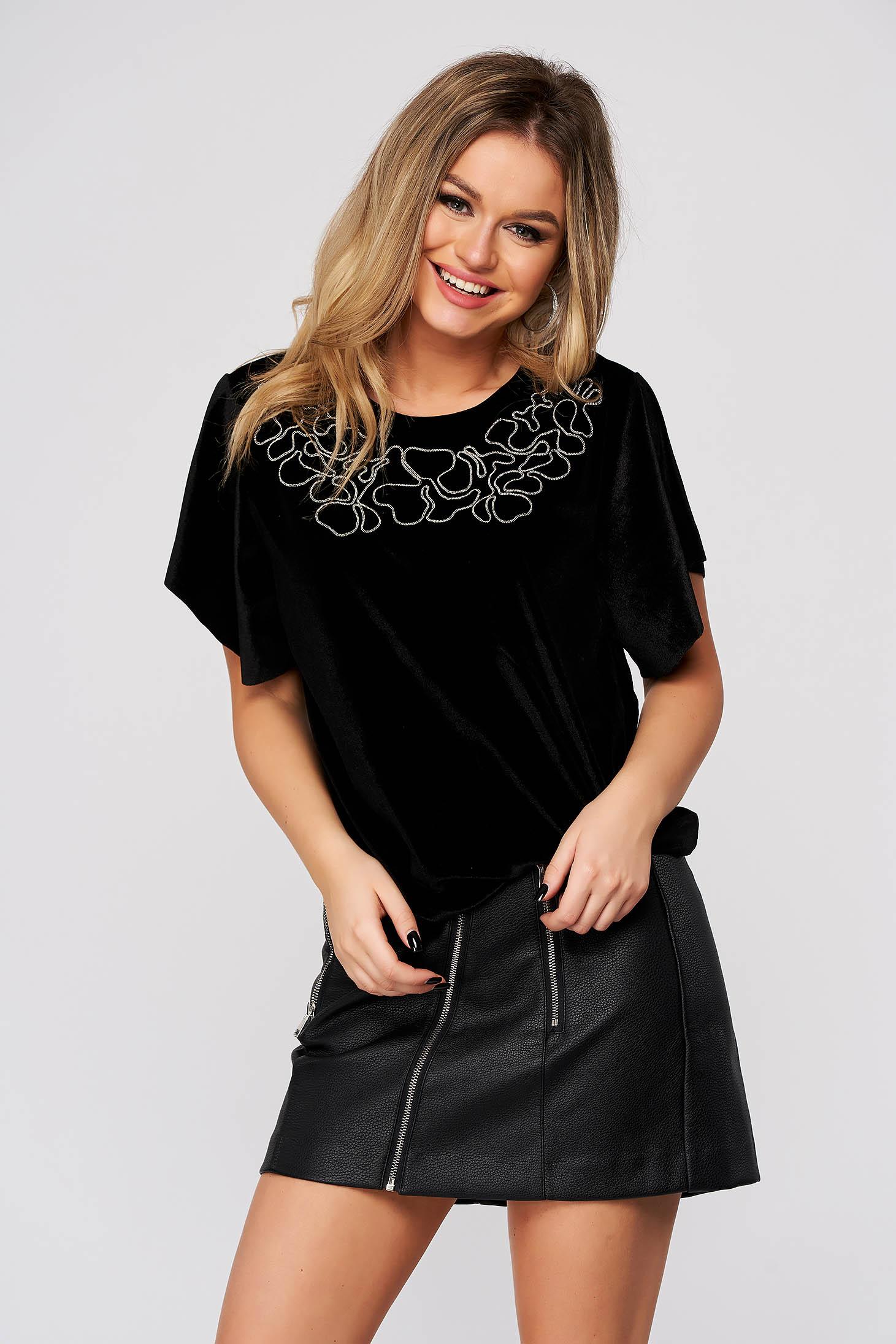 Fekete női blúz casual bársonyból bő szabású csillogó kiegészítők