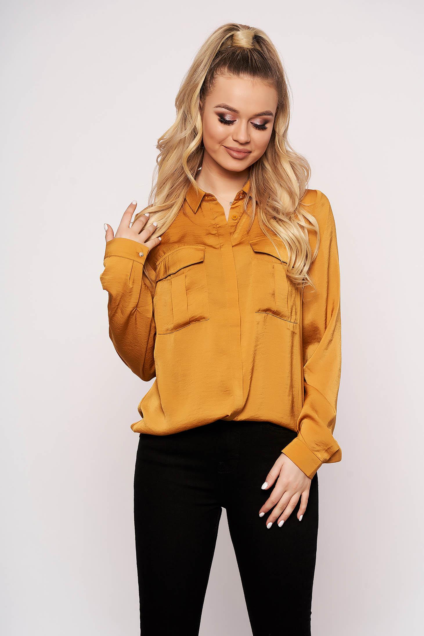 Sárga casual szaténból rövid bő szabású zsebes női ing hosszú ujjakkal