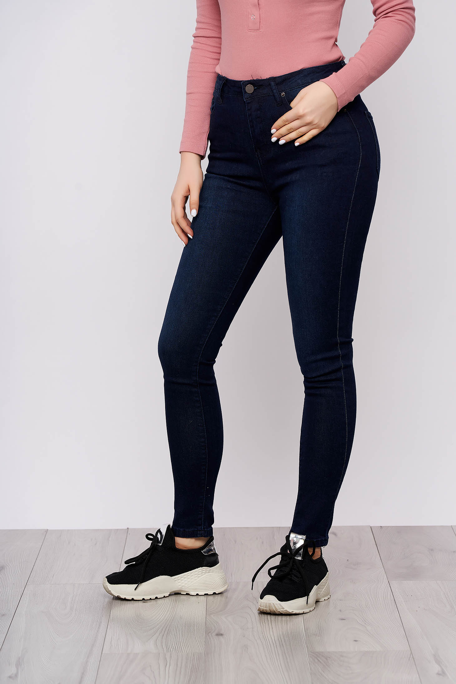 Pantaloni Top Secret albastru-inchis casual conici din denim cu talie inalta si buzunare