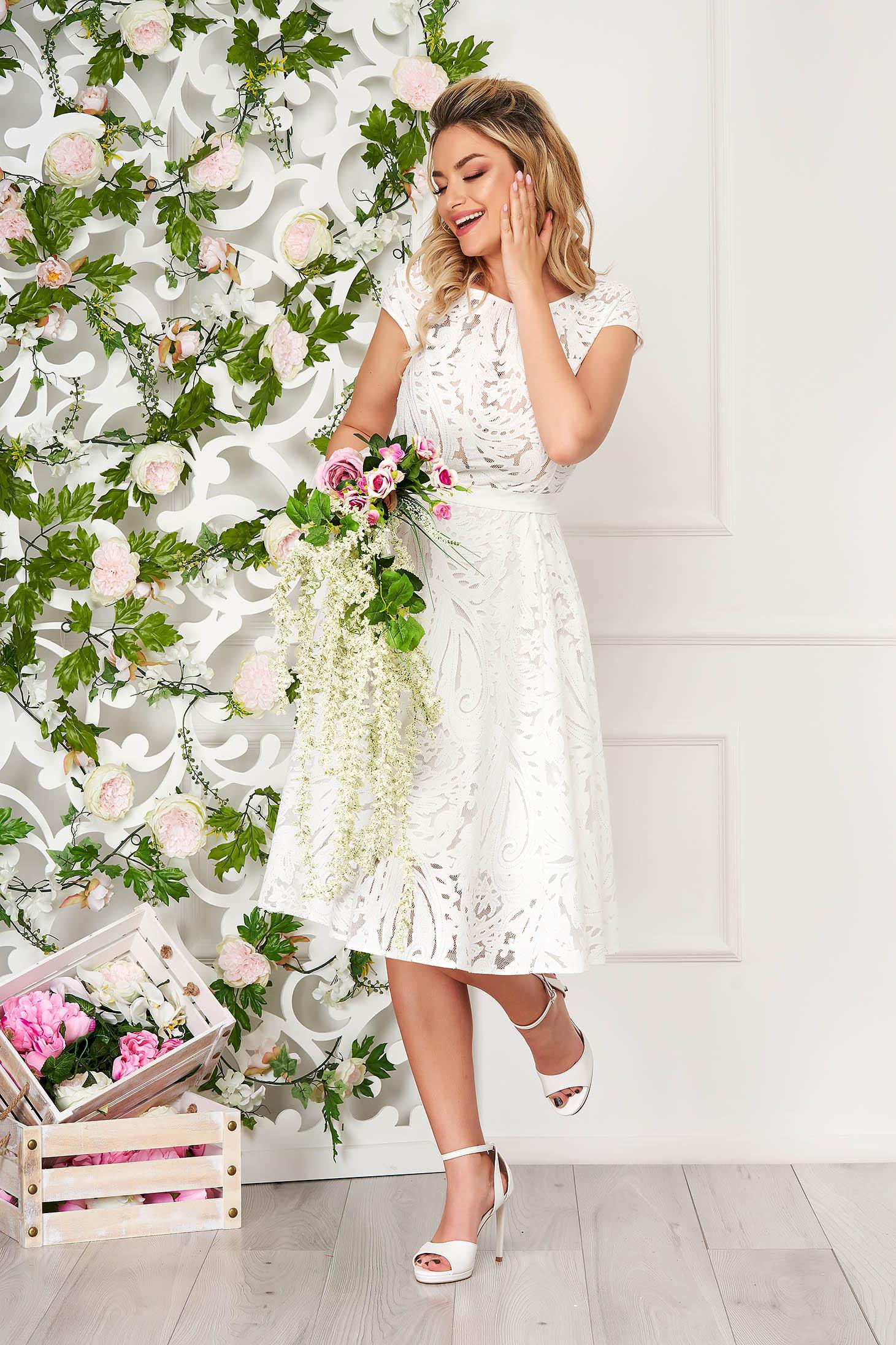 Fehér StarShinerS estélyi midi harang ruha csipkés anyagból