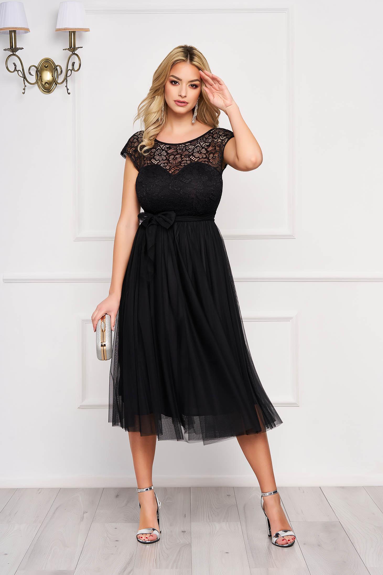 Fekete StarShinerS midi alkalmi harang ruha csipkés anyagból övvel ellátva