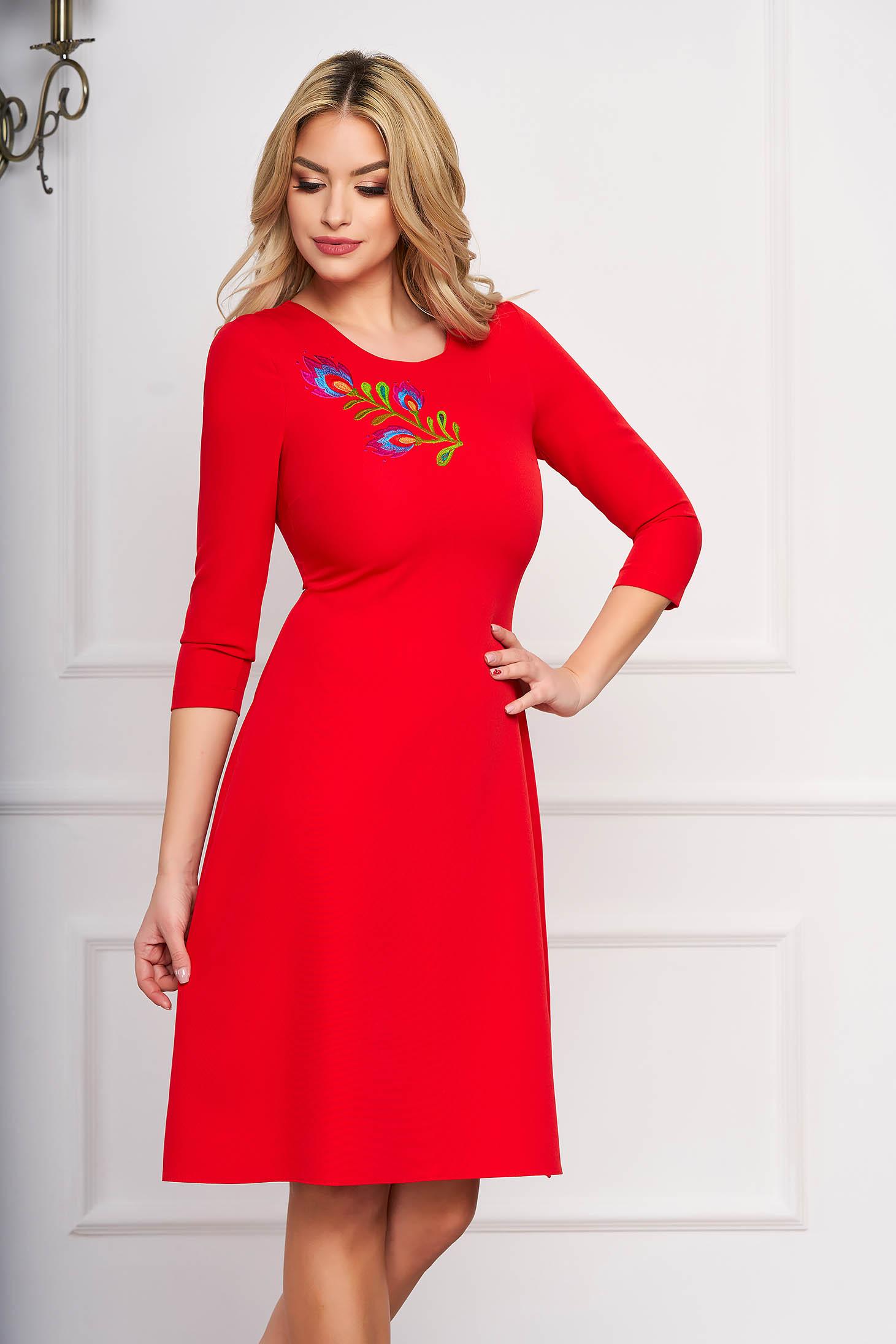 Rochie StarShinerS rosie midi de ocazie in clos din stofa elastica cu broderie florala