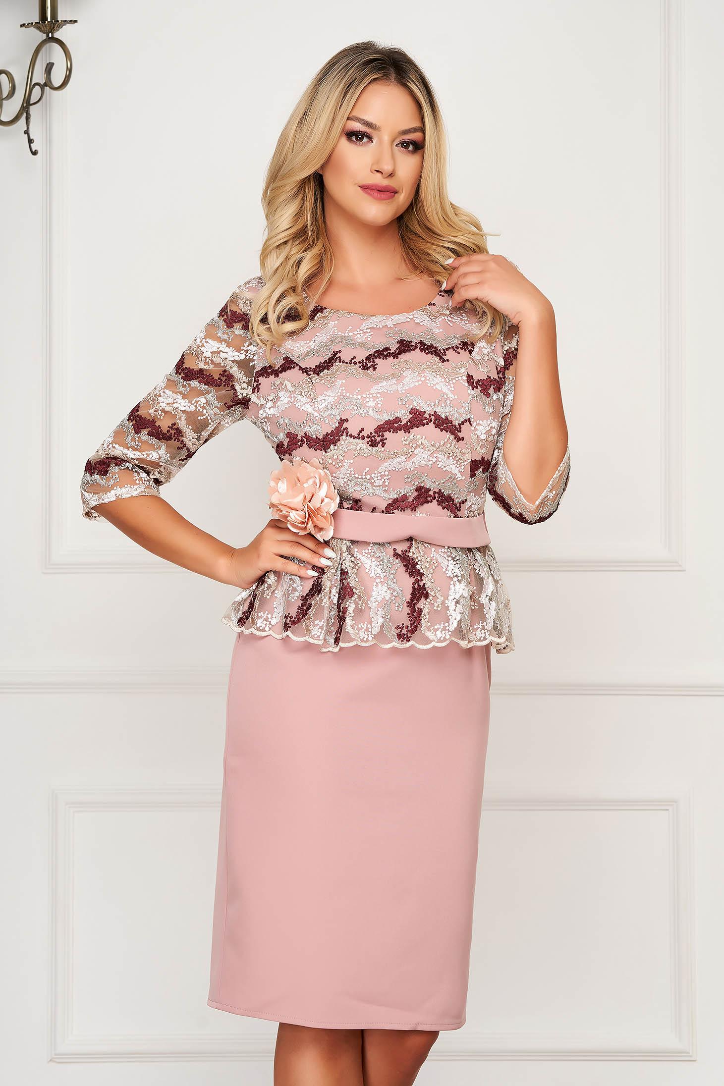 Púder rózsaszínű alkalmi kézileg hímzett csipke ceruza ruha öv típusú kiegészítővel háromnegyedes ujjakkal peplummal