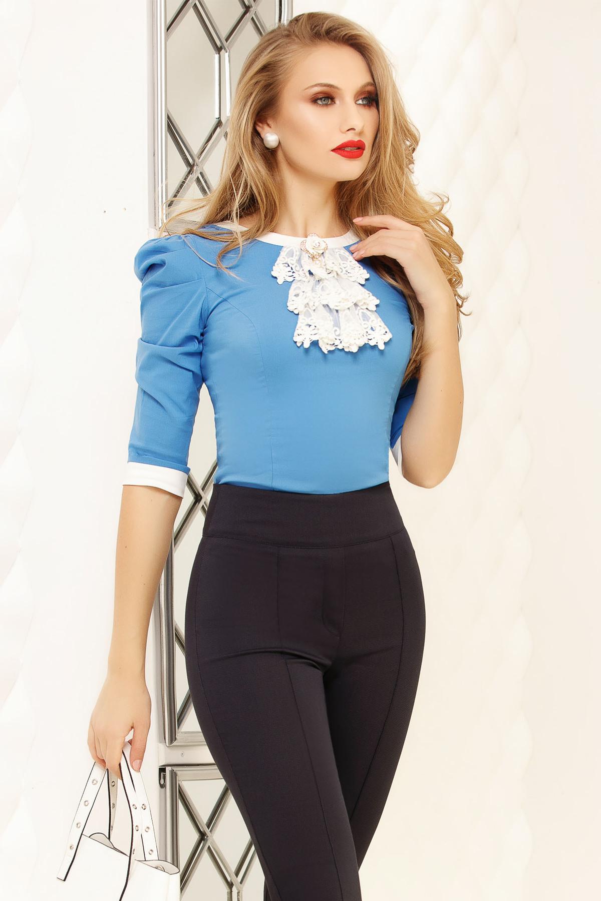 Camasa dama Fofy albastra office scurta mulata din bumbac cu umeri cu volum si accesorizata cu brosa