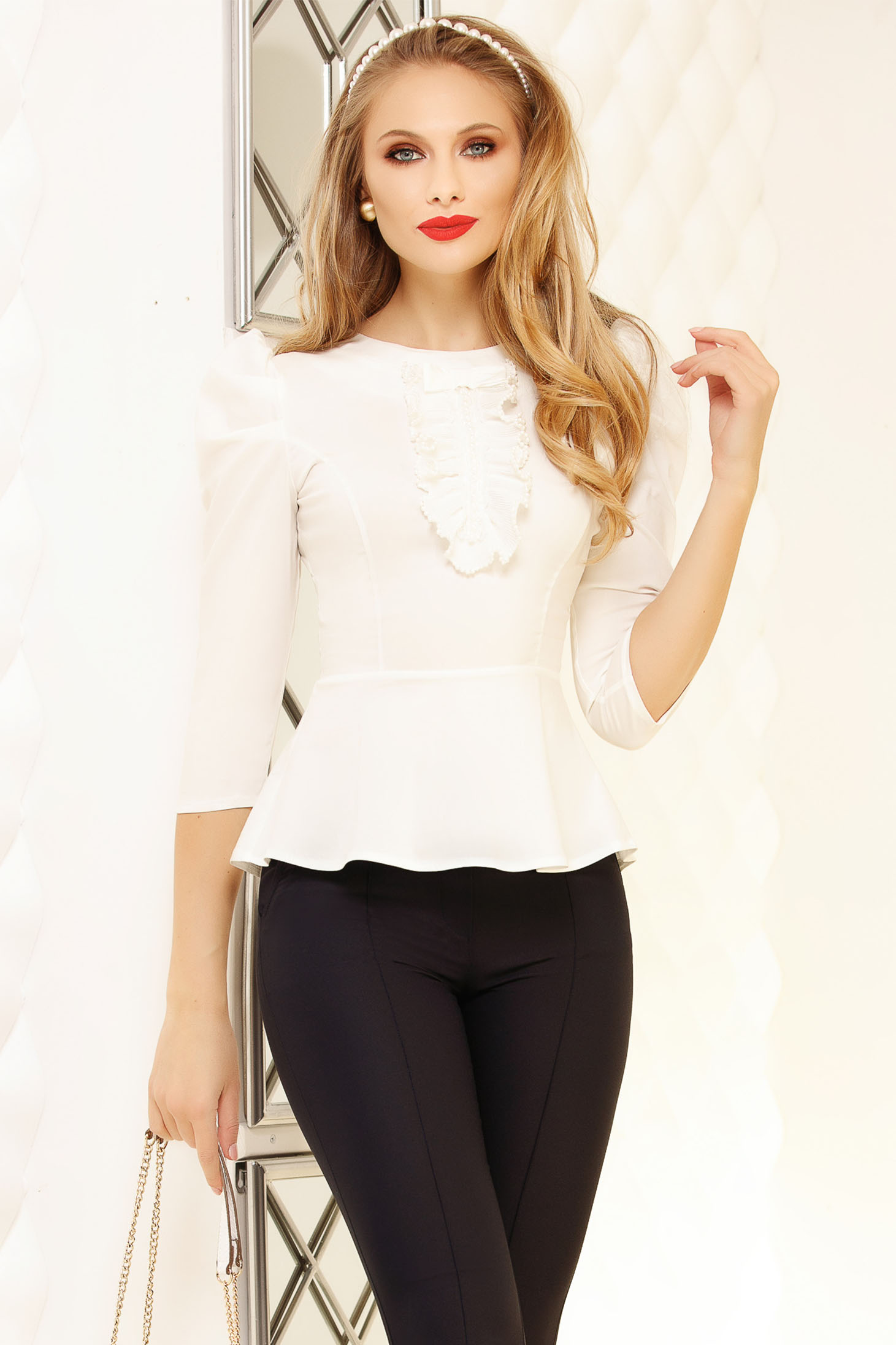 Fehér szűk szabású irodai rövid női ing gyöngy díszítéssel fodros peplummal