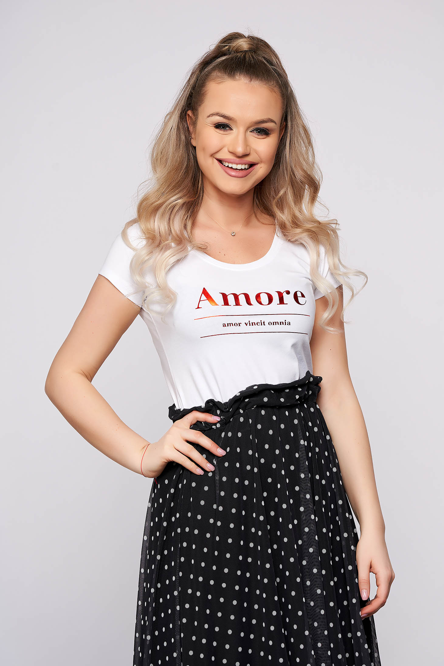White t-shirt with writing print short sleeves casual tented short cut