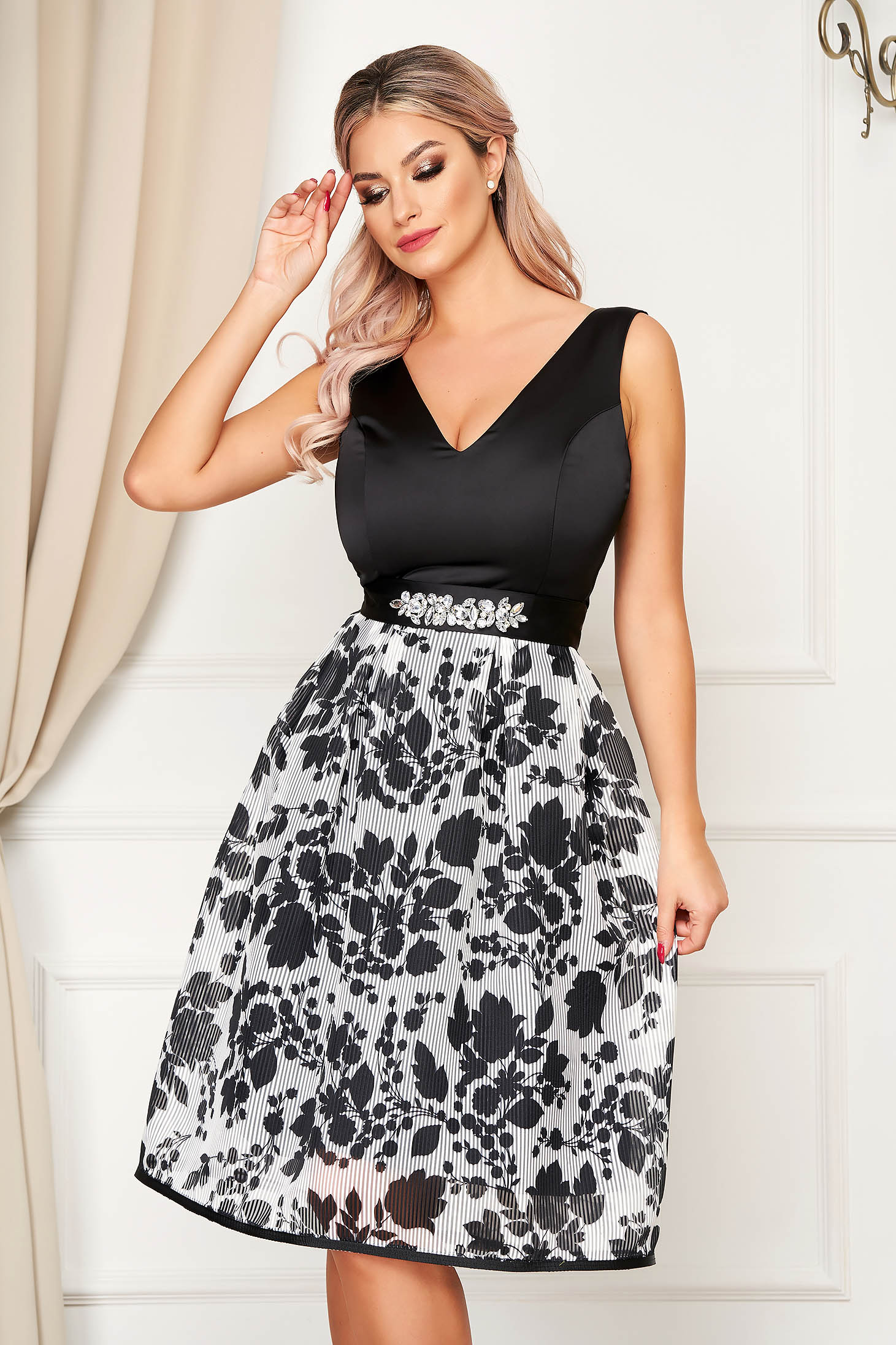 Dress StarShinerS black occasional cloche with v-neckline accessorized with tied waistband
