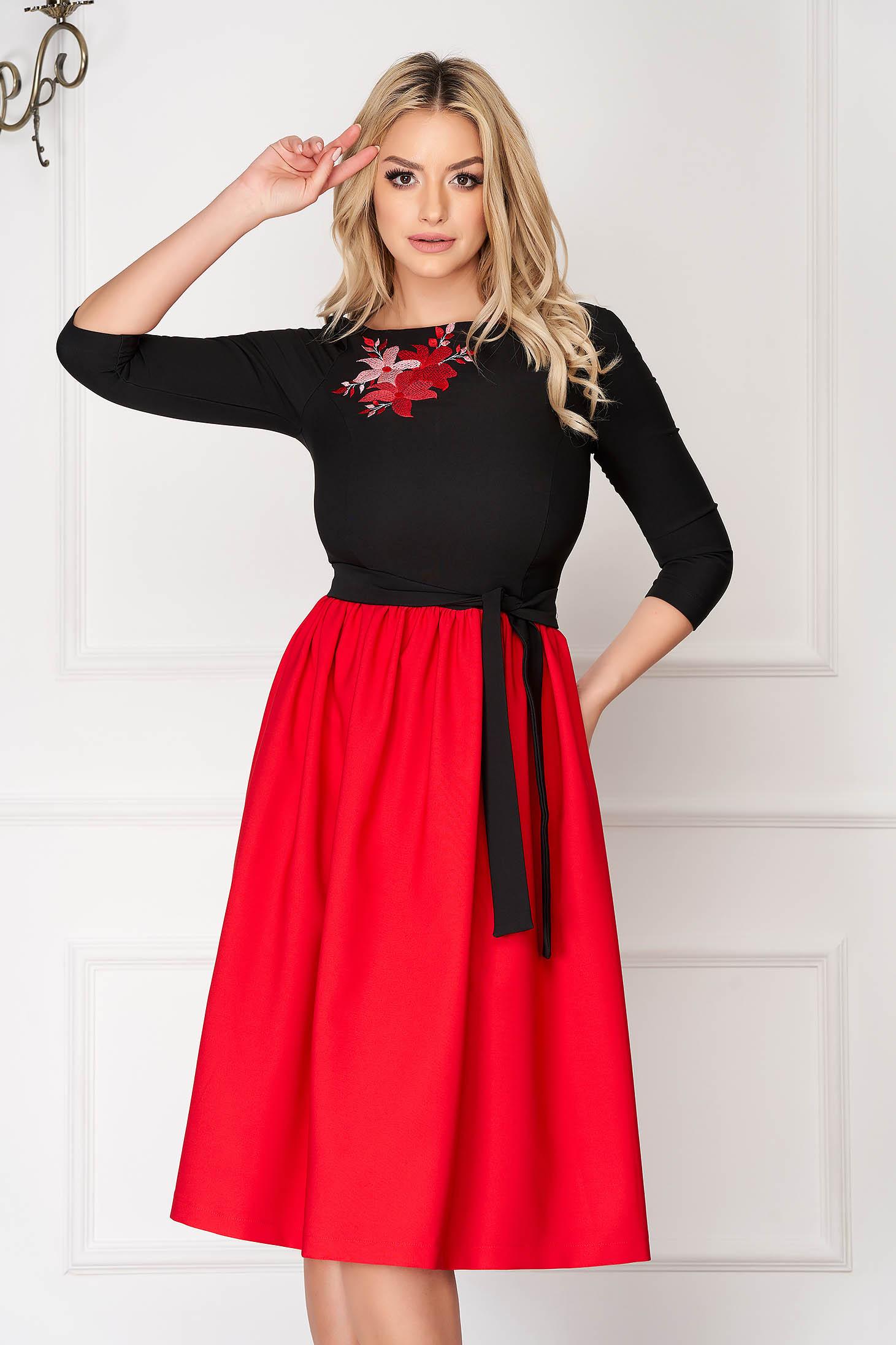 Piros StarShinerS midi alkalmi harang ruha szövetből háromnegyedes ujjakkal virágos hímzéssel