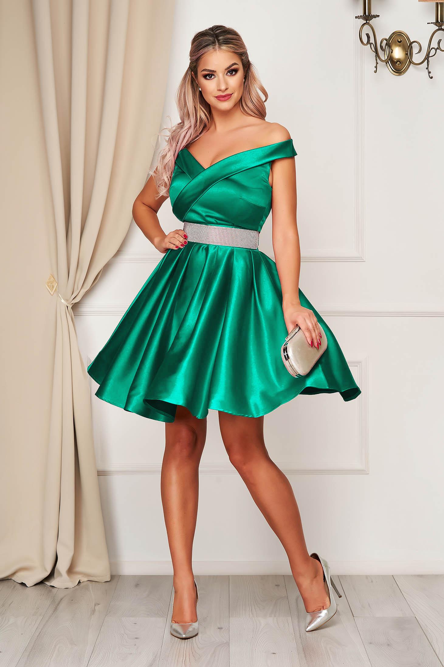Zöld ruha szaténból harang rövid váll nélküli alkalmi öv kiegészítővel van ellátva