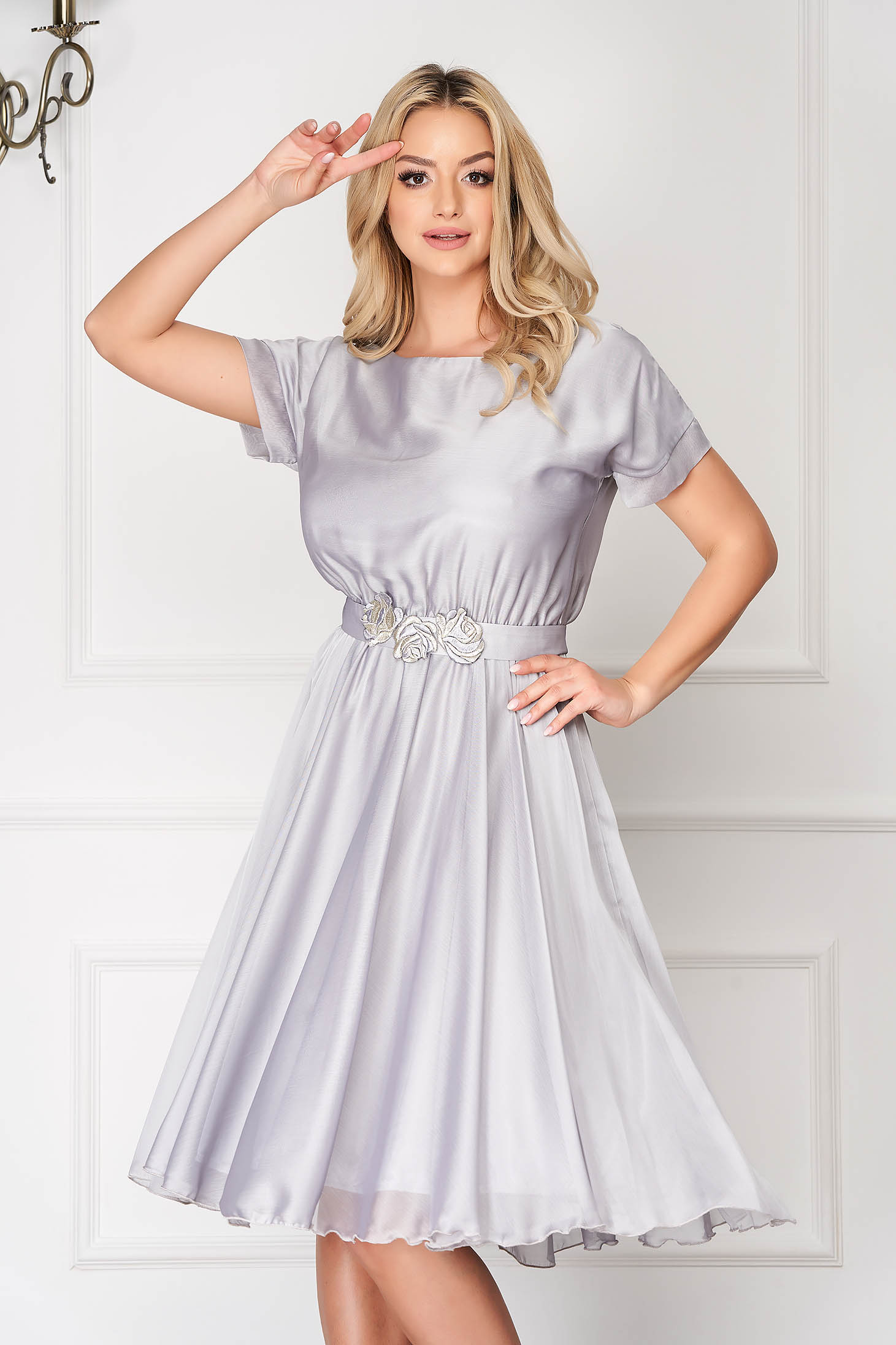 StarShinerS silver occasional cloche dress with elastic waist accessorized with tied waistband