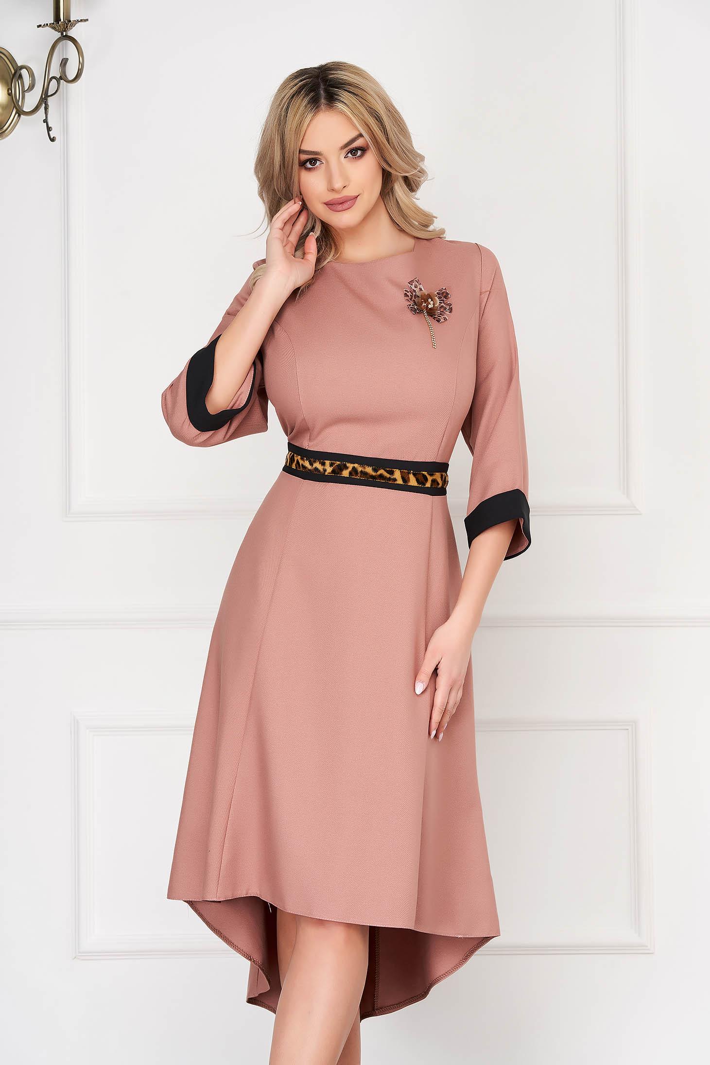 Rochie roz prafuit eleganta midi asimetrica in clos din stofa subtire accesorizata cu brosa