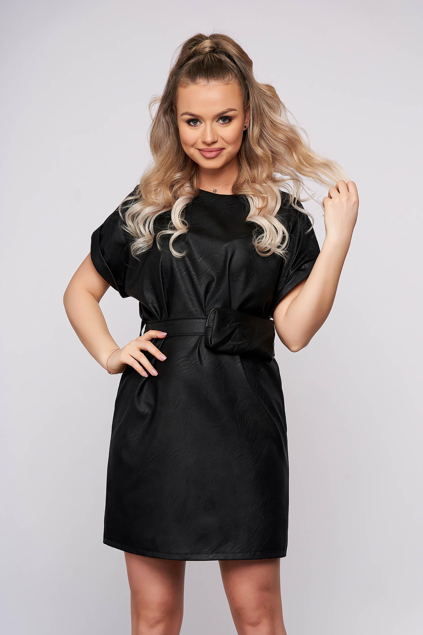 Fekete casual rövid ruha egyenes szabással műbőrből öv típusú kiegészítővel