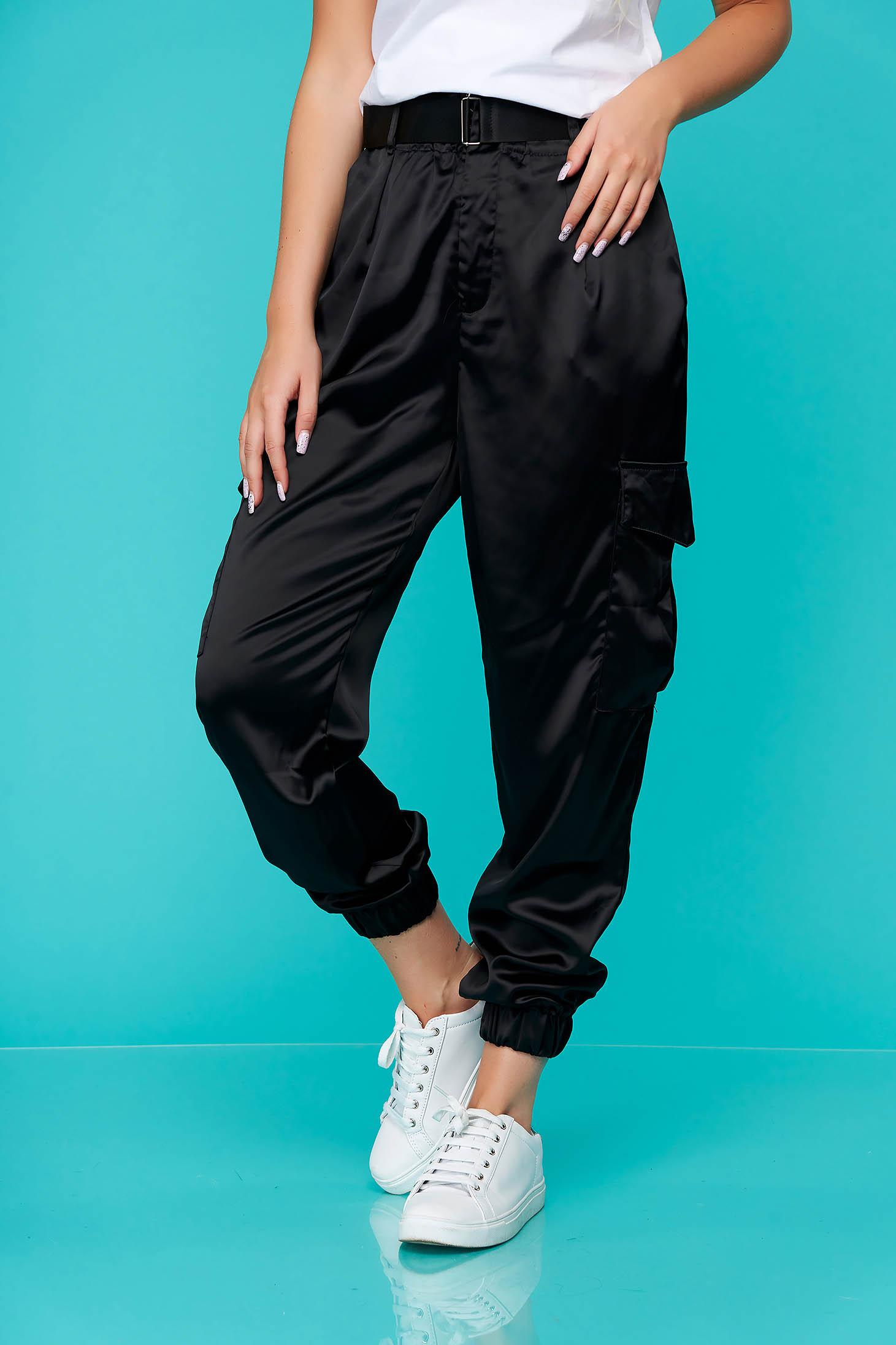 Fekete casual kónikus nadrág szaténból zsebekkal öv típusú kiegészítővel