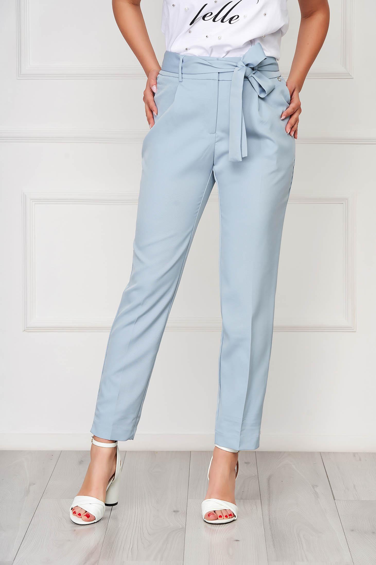 Pantaloni Top Secret albastri-deschis casual conici din stofa subtire cu buzunare