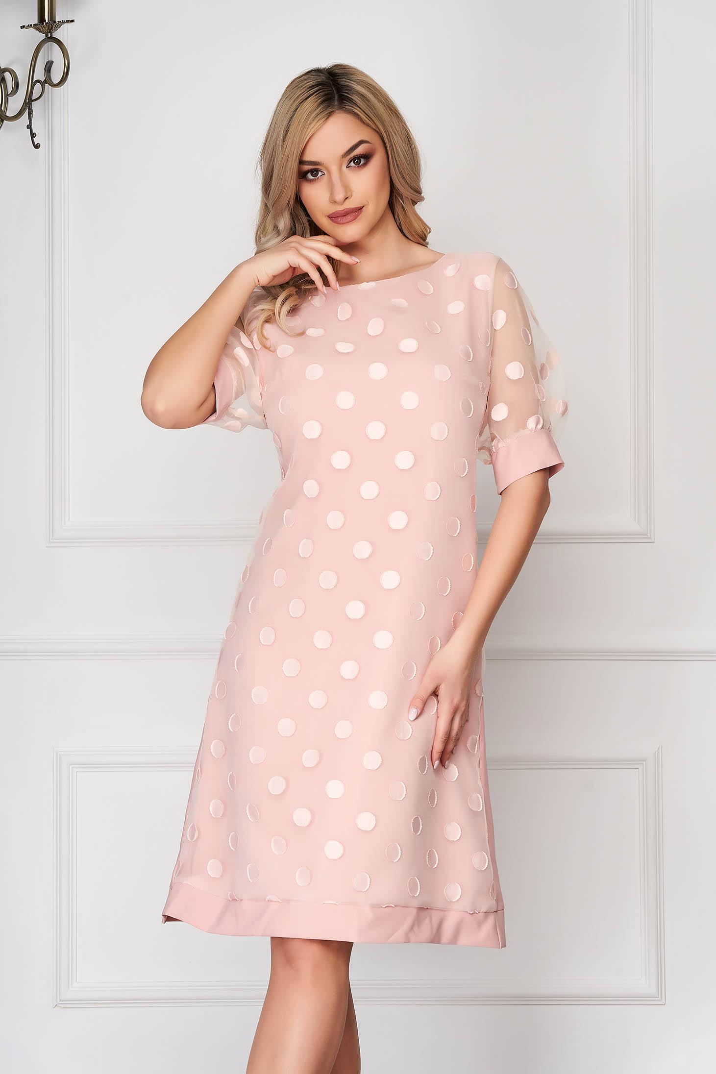 Rochie roz deschis eleganta midi cu croi in a cu maneci din voal accesorizata cu lantisor