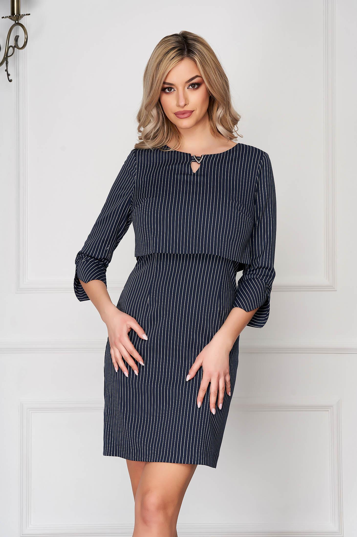 Rochie albastru-inchis scurta de zi cu un croi drept si imprimeu cu dungi