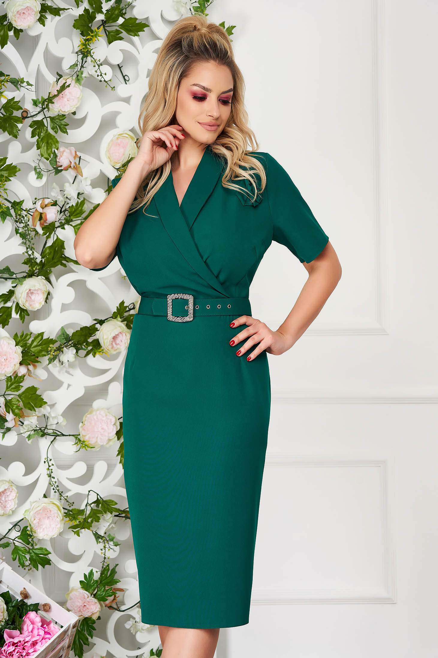Rochie verde eleganta midi tip creion din stofa subtire accesorizata cu brosa