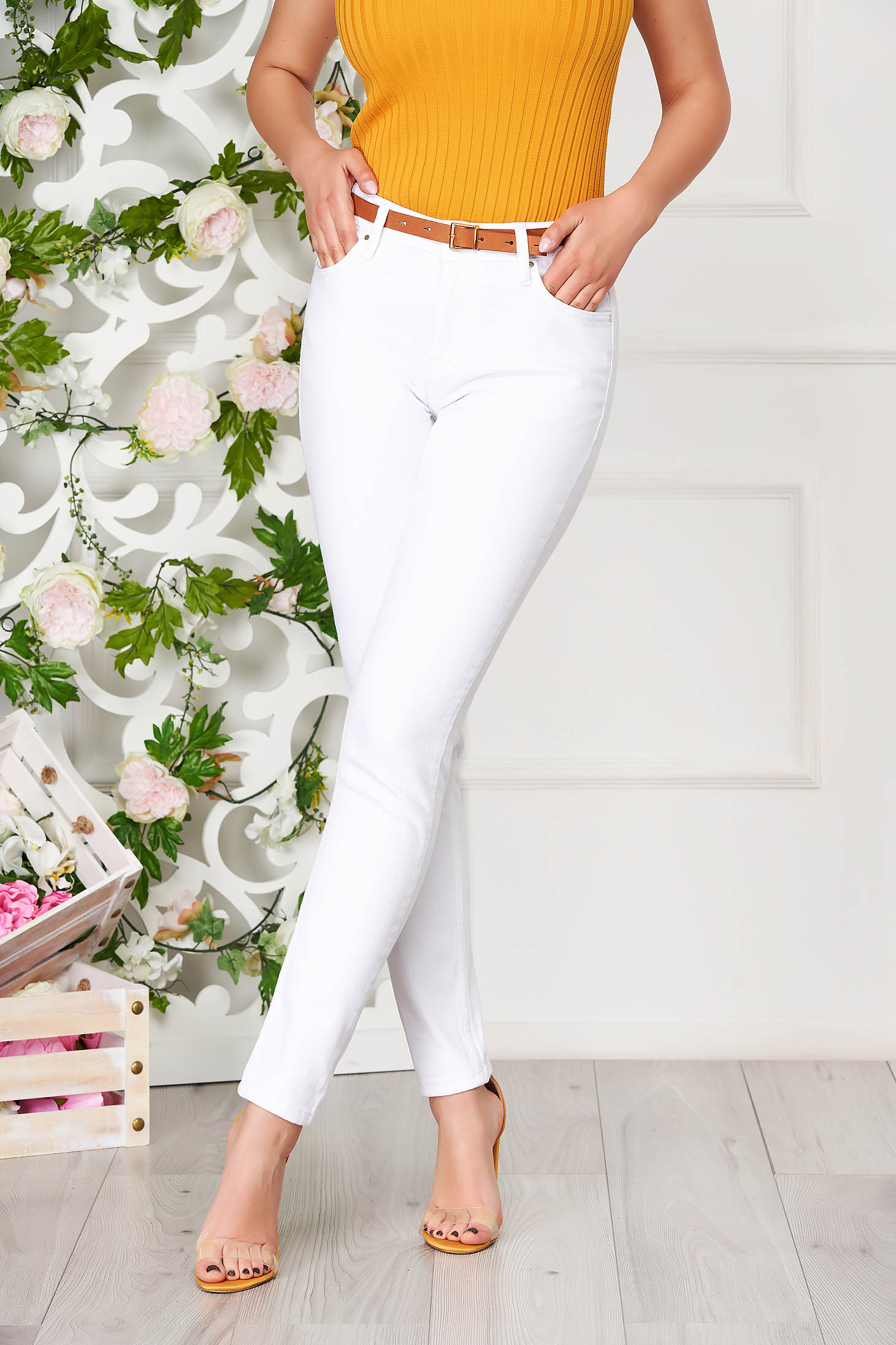 White trousers casual denim with pockets conical accessorized with belt