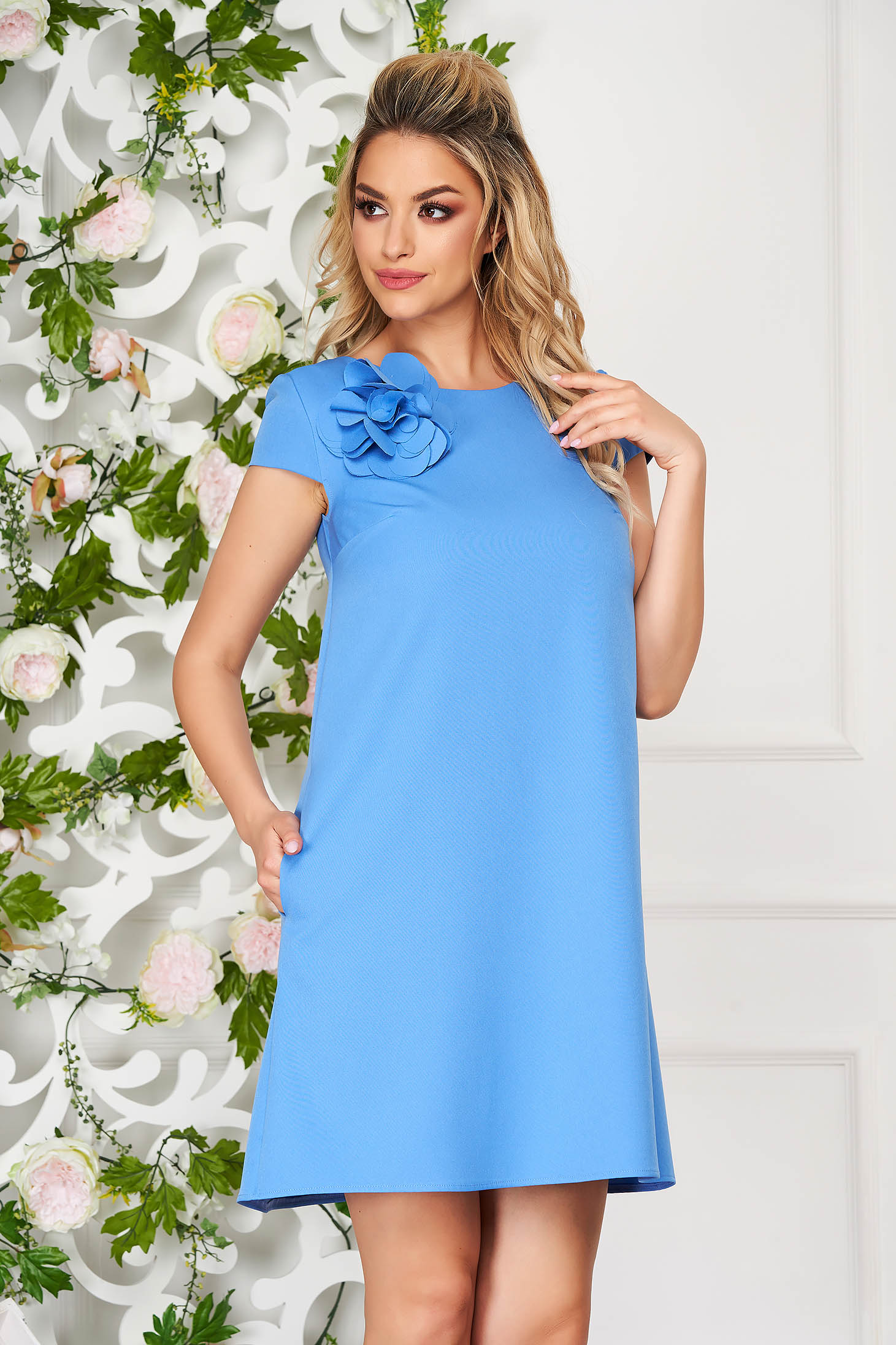 Rochie StarShinerS albastru-deschis scurta de zi cu croi larg din stofa elastica cu buzunare