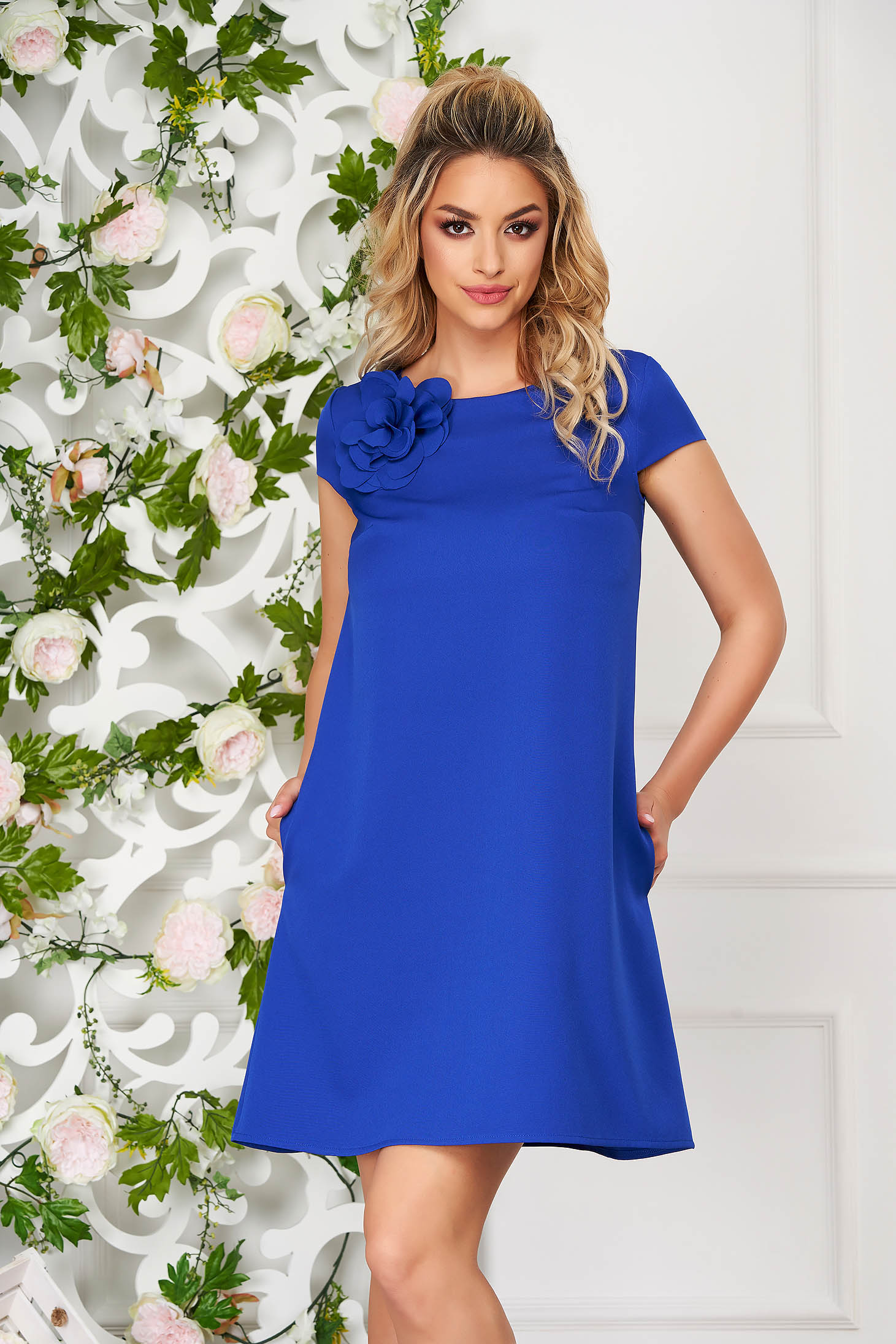 Rochie StarShinerS albastra scurta de zi cu croi larg din stofa elastica cu buzunare