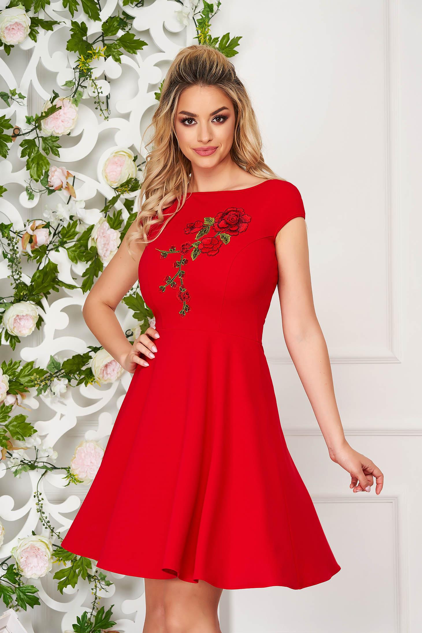 Rochie StarShinerS rosie eleganta scurta in clos cu maneci scurte si accesoriu brodat