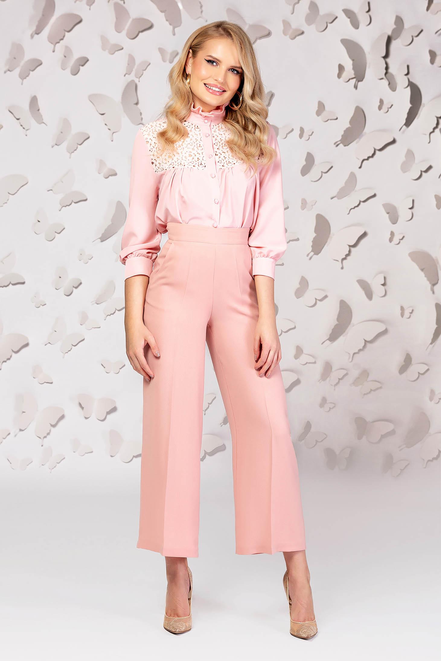 Pantaloni PrettyGirl roz prafuit din stofa usor elastica cu un croi evazat si talie inalta