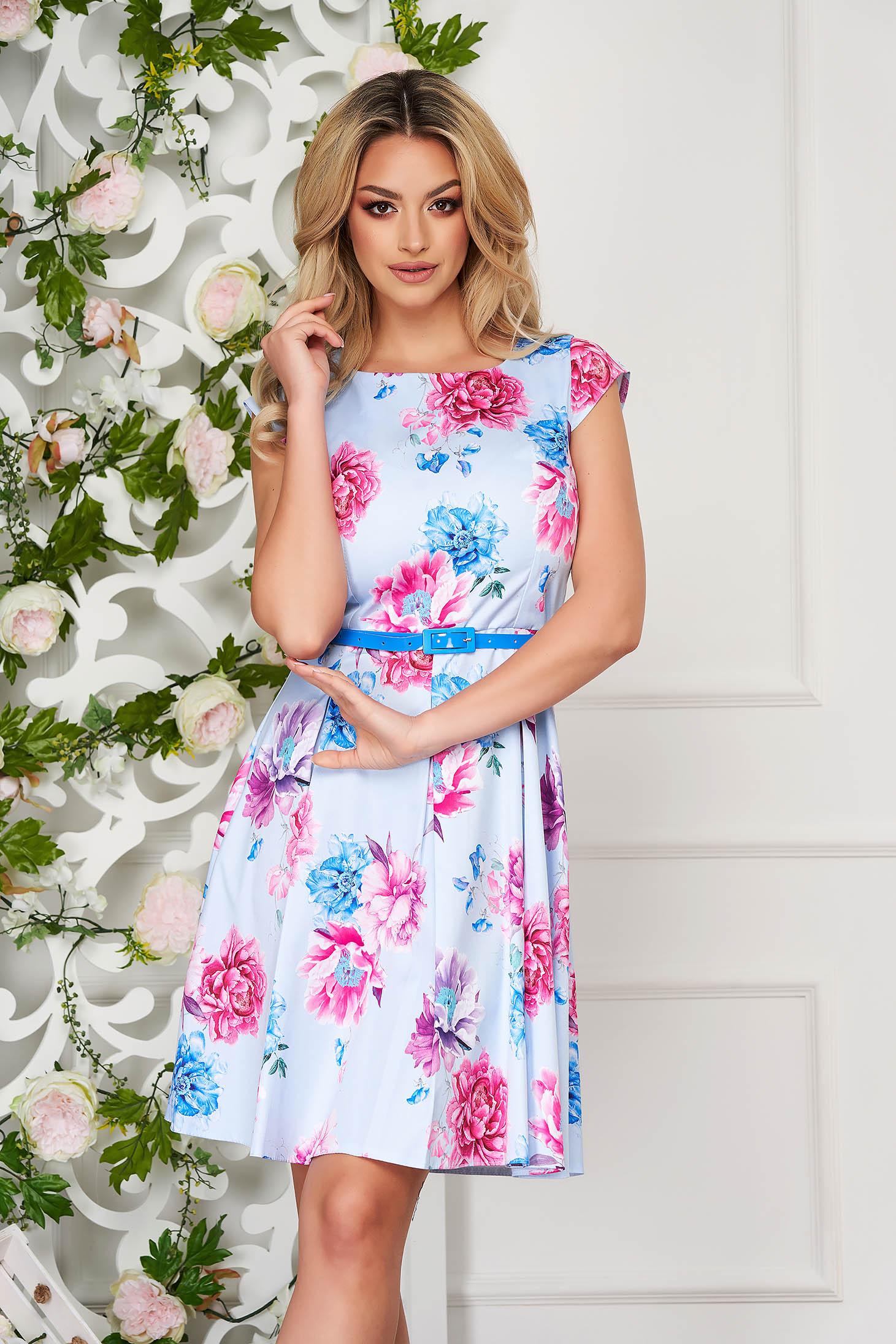 Rochie albastru-deschis scurta in clos cu maneci scurte cu accesoriu tip curea