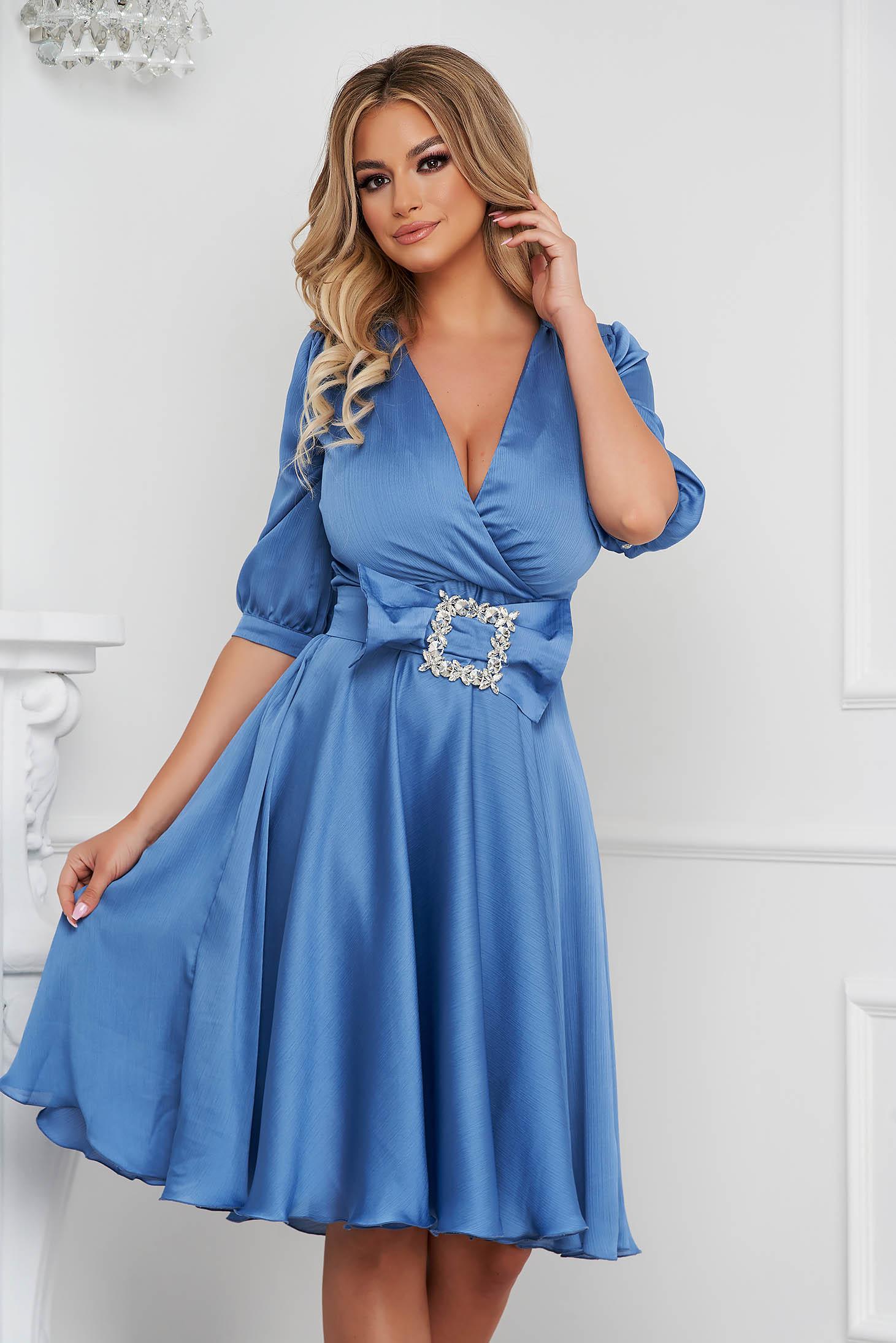 Kék elegáns szatén midi harang ruha csatokkal ellátva