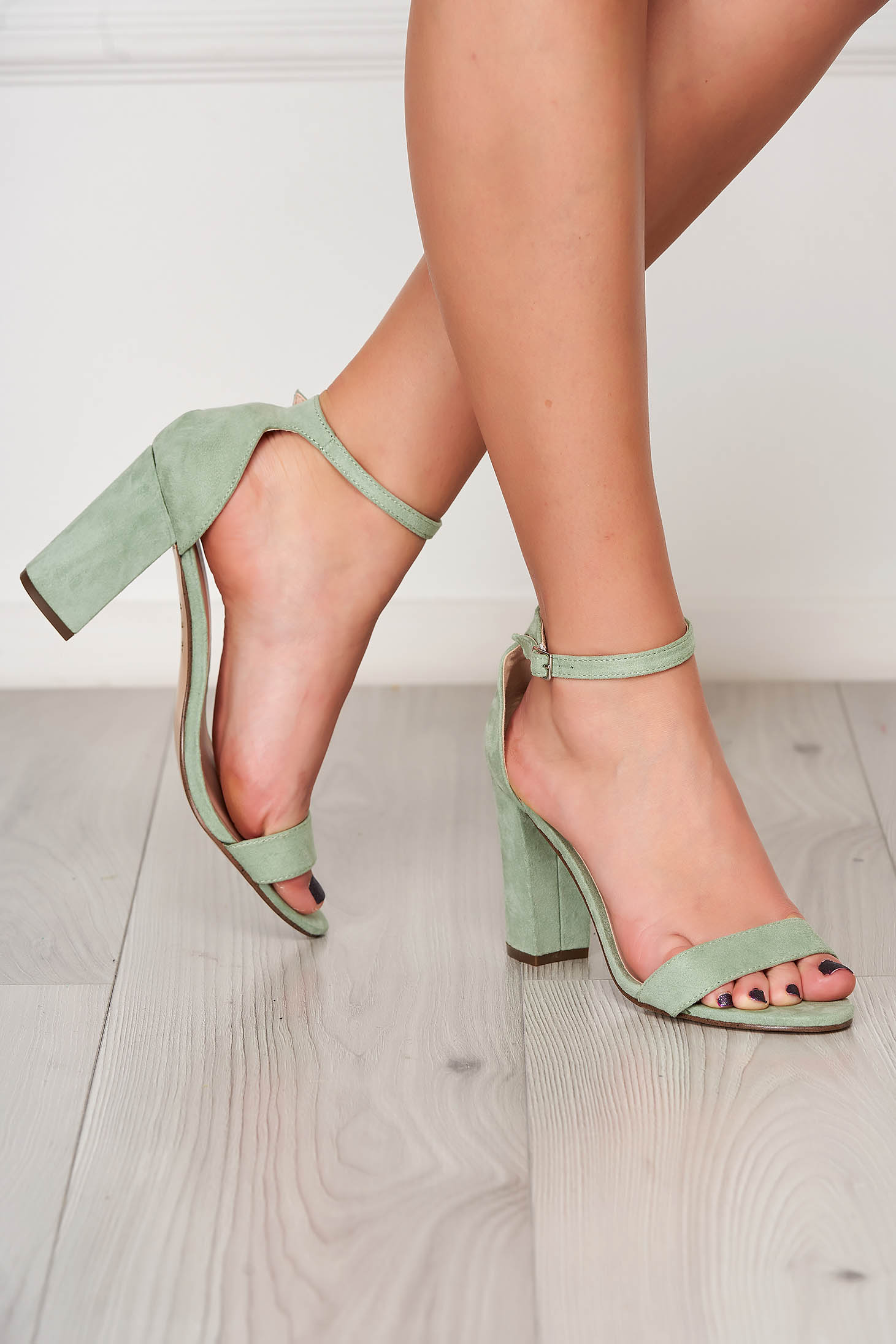 Lightgreen sandals elegant chunky heel from velvet fabric