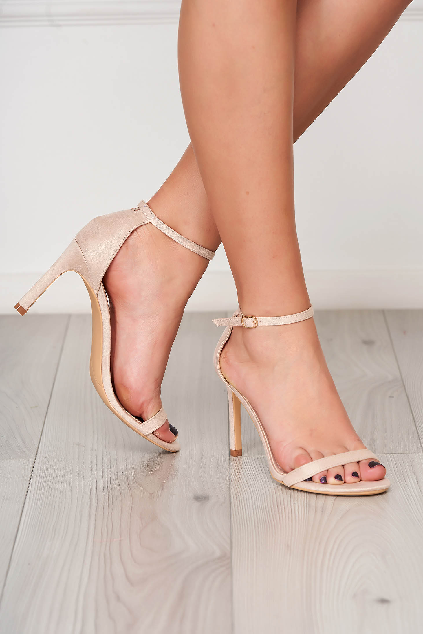 Sandale crem elegante cu barete subtiri din material catifelat