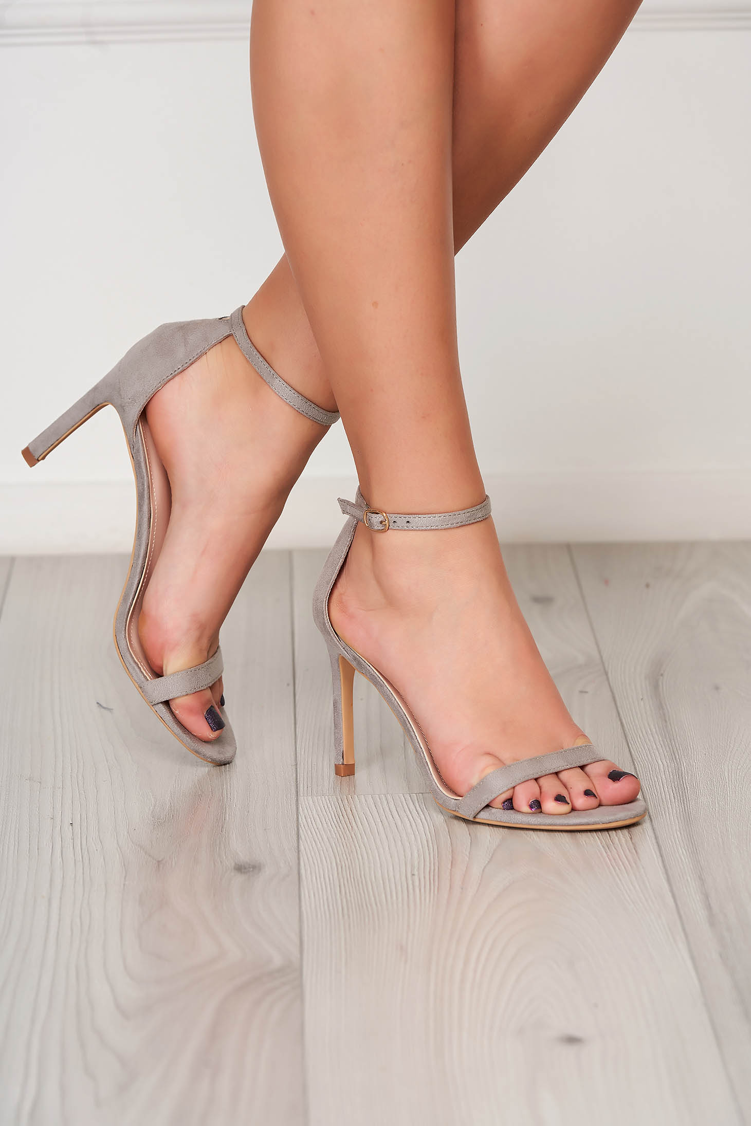 Sandale gri elegante cu barete subtiri din material catifelat