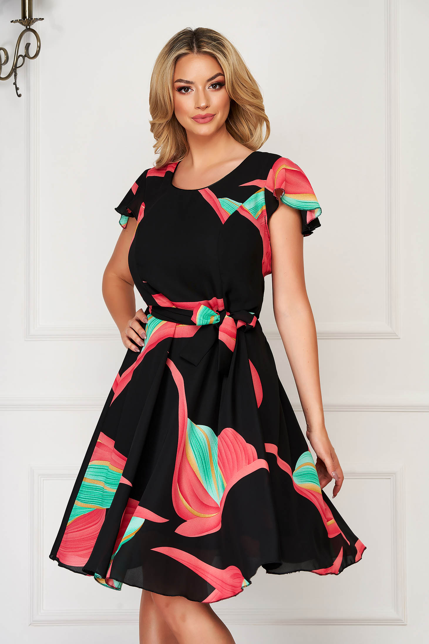 Fekete elegáns hétköznapi harang ruha rövid ujjakkal övvel ellátva muszlinból