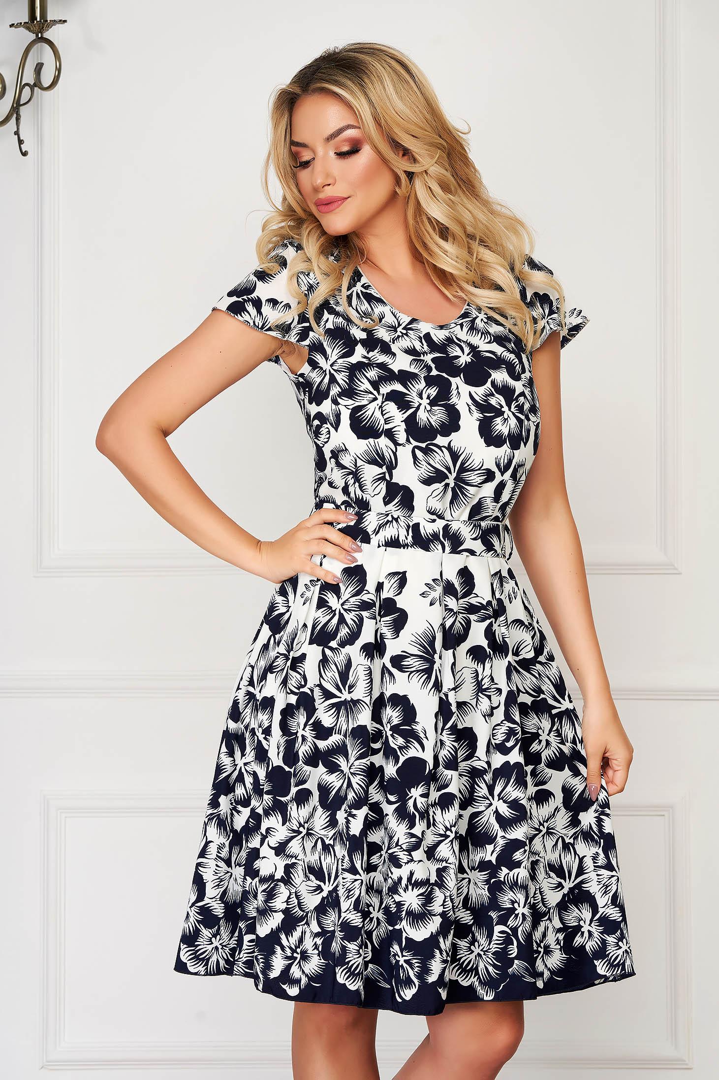 Rochie alba eleganta de zi in clos din voal cu imprimeu floral accesorizata cu cordon